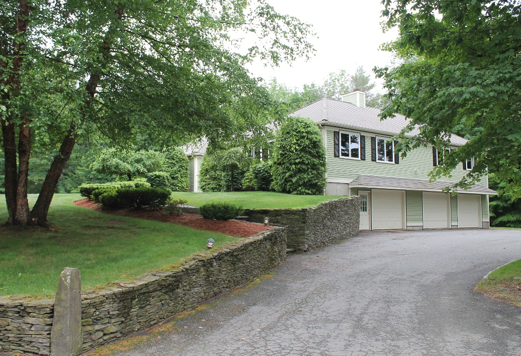 Additional photo for property listing at Builder's Home with In-Law 82 West Street Pepperell, Massachusetts 01463 United States