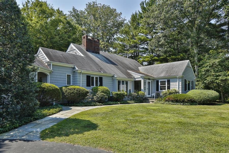 Casa Unifamiliar por un Venta en Nestled Amid Mature Plantings and Flooded with Sunlight 510 Rosedale Road Princeton, Nueva Jersey 08540 Estados Unidos