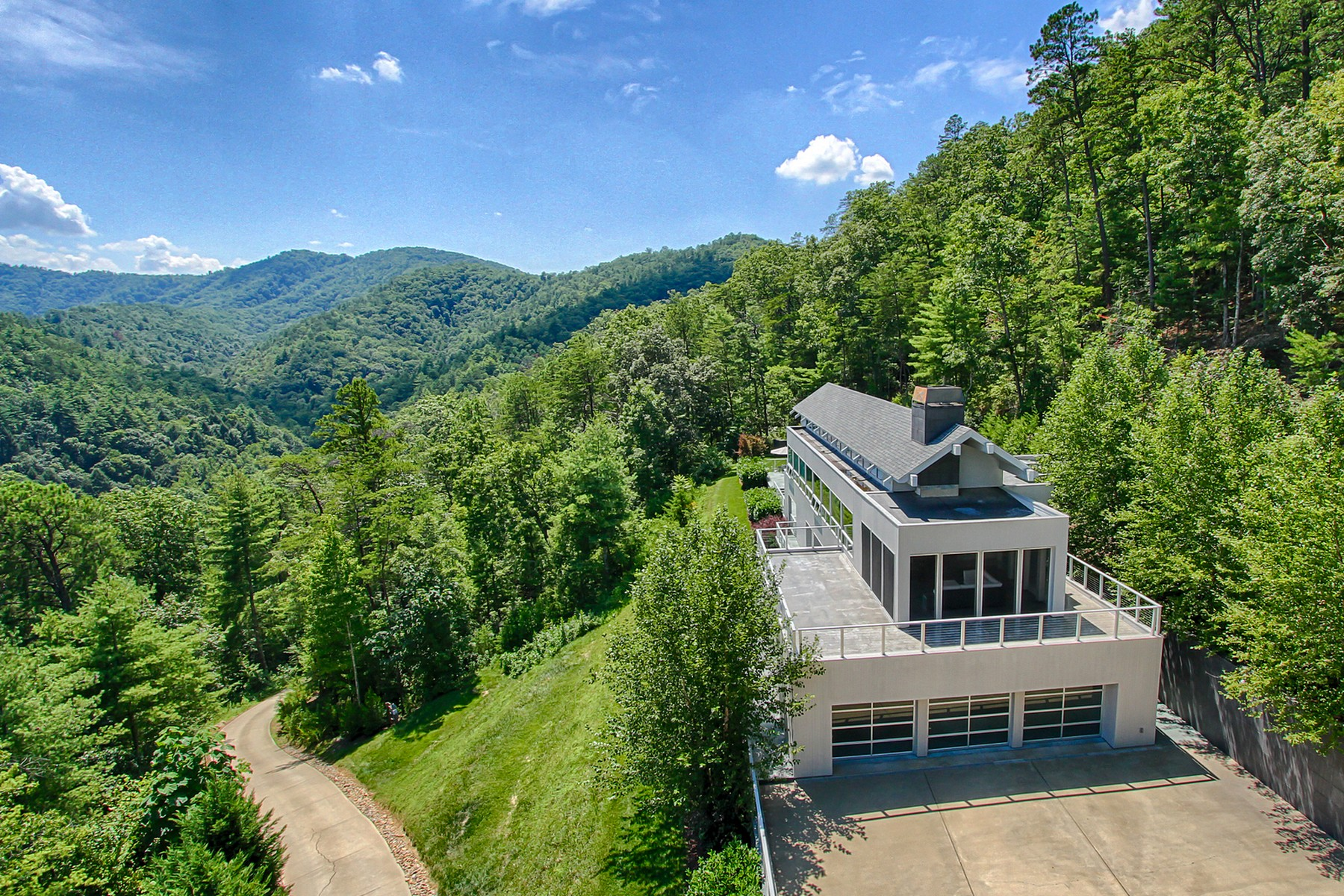 Villa per Vendita alle ore Mountain Views with the Contemporary Retreat! 127 Sunshine Way Townsend, Tennessee 37882 Stati Uniti
