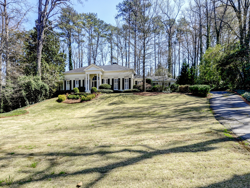 Maison unifamiliale pour l Vente à Beautifully Renovated Elegant Home In Kingswood 3511 Paces Valley Road NW Buckhead, Atlanta, Georgia 30327 États-Unis