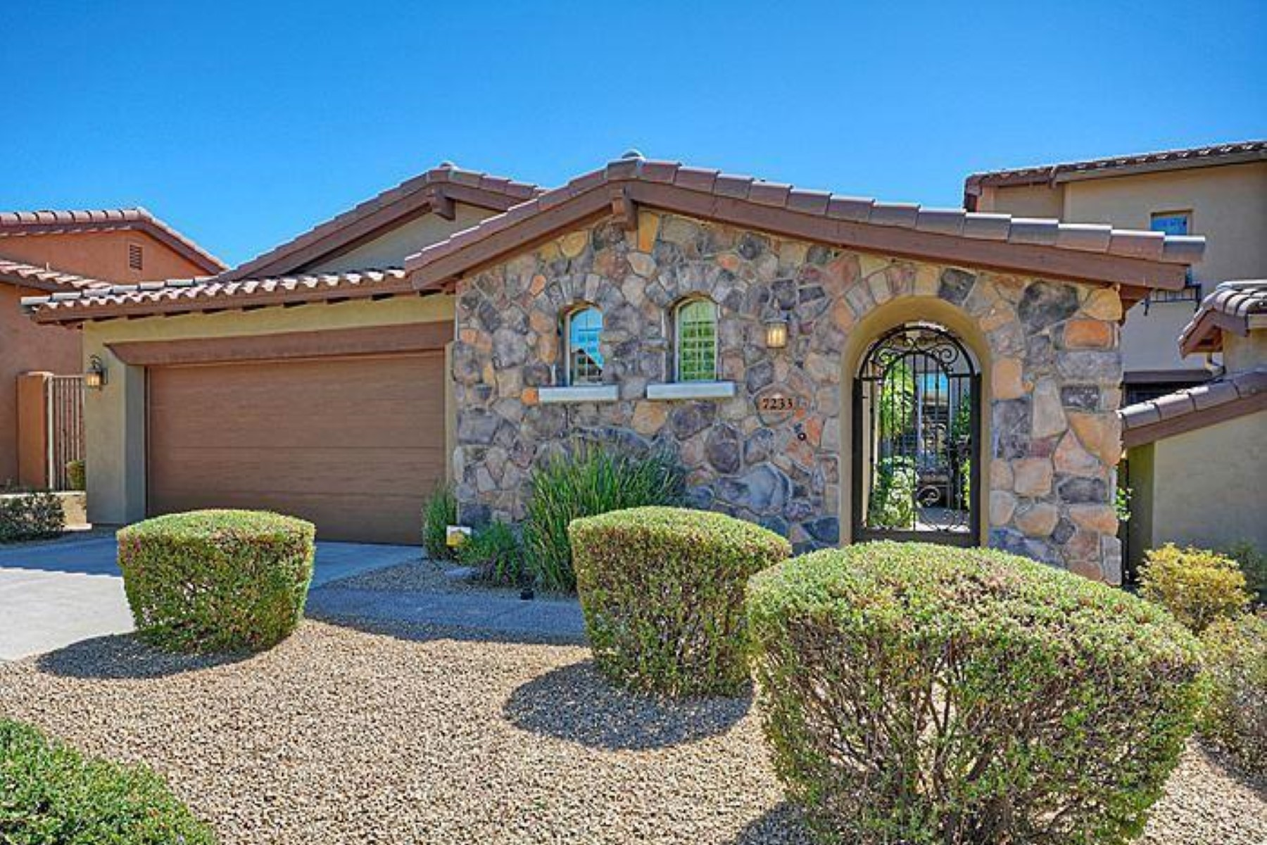 Nhà phố vì Bán tại iron gated entryway leads you to an open and bright three bed one level home 7233 E Eclipe Dr Scottsdale, Arizona 85266 Hoa Kỳ