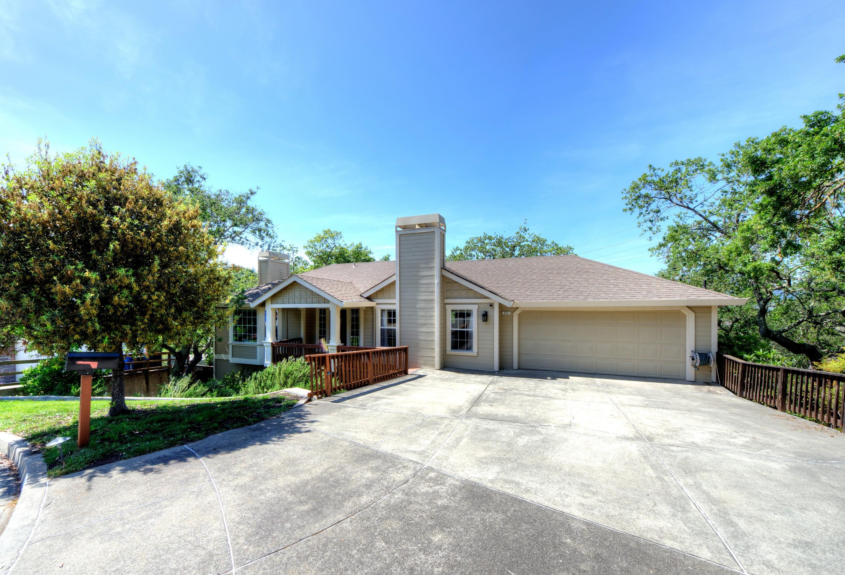 Einfamilienhaus für Verkauf beim Peaceful Setting in Southern Novato 212 Judith Court Novato, Kalifornien, 94949 Vereinigte Staaten