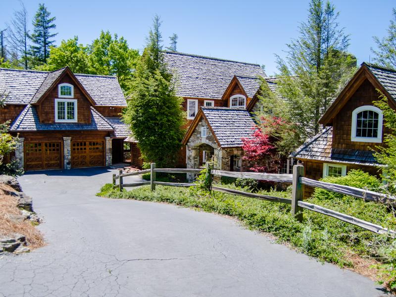 Maison unifamiliale pour l Vente à 975 Garnet Rock Trail Highlands, Carolina Du Nord 28741 États-Unis