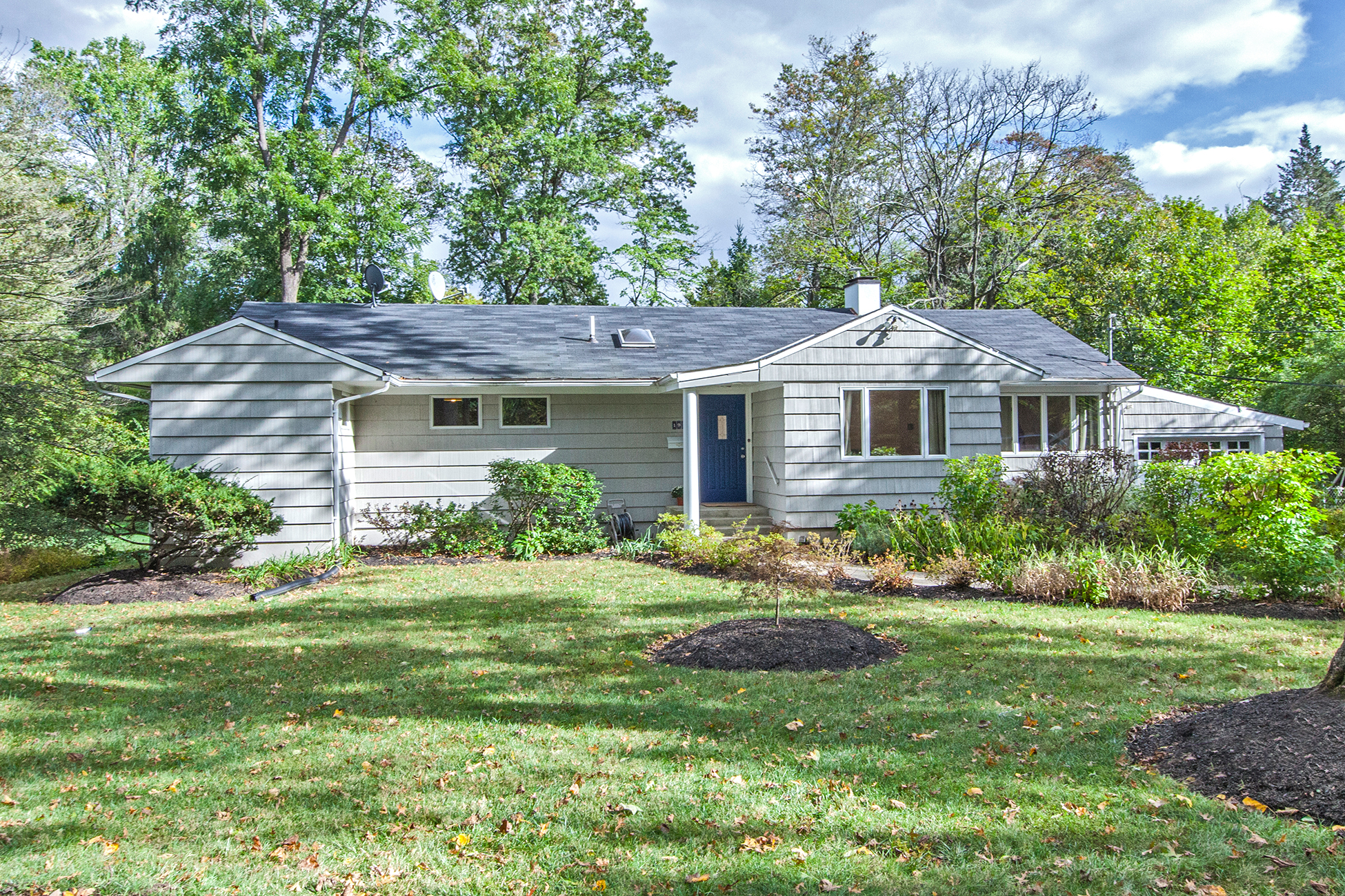 Einfamilienhaus für Verkauf beim Lovely Skylit Interiors, Perfect Distance to Town 191 Snowden Lane Princeton, New Jersey 08540 Vereinigte Staaten