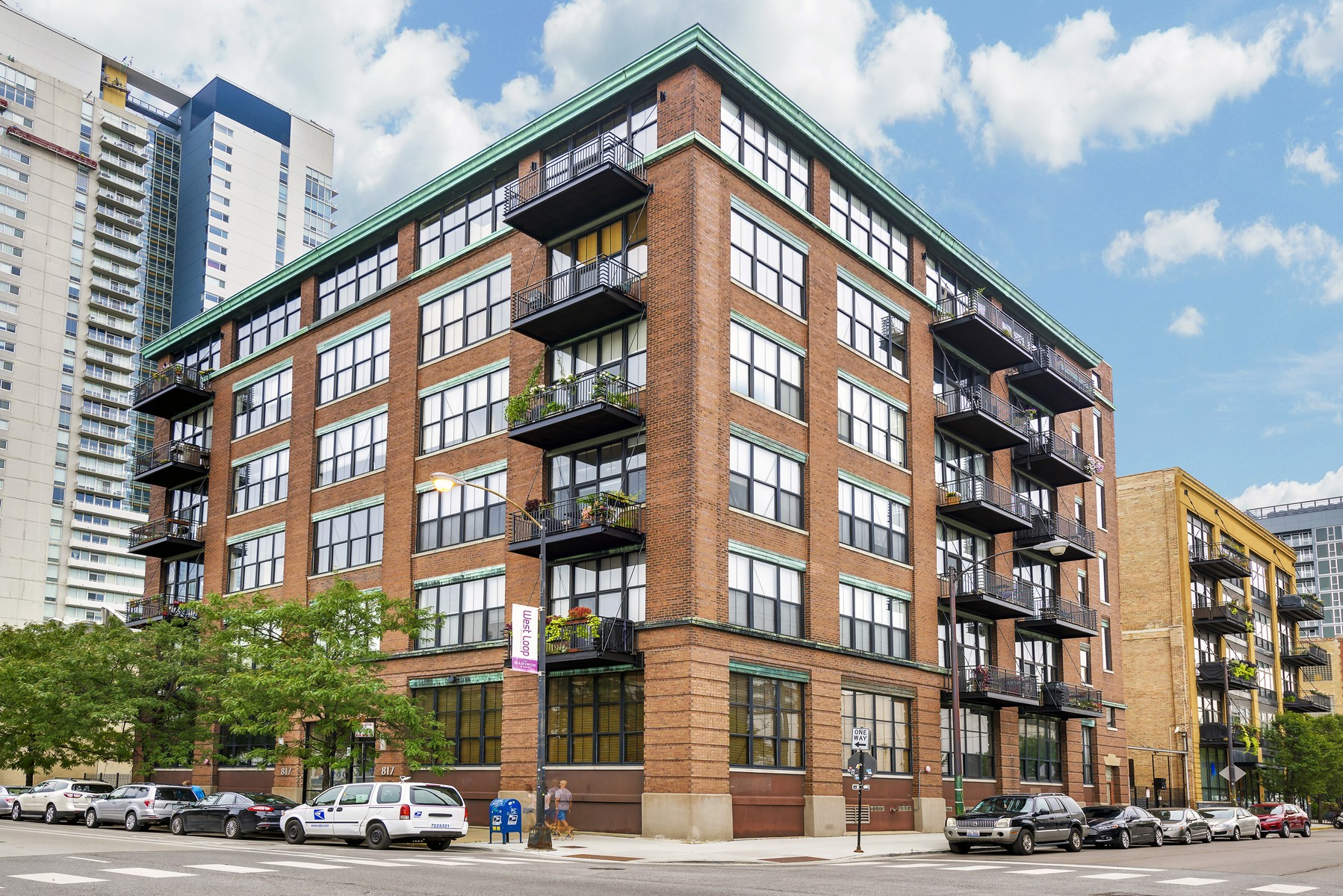 Kat Mülkiyeti için Satış at Spacious and Quiet Concrete Loft 817 W Washington Boulevard Unit 102 Near West Side, Chicago, Illinois, 60607 Amerika Birleşik Devletleri