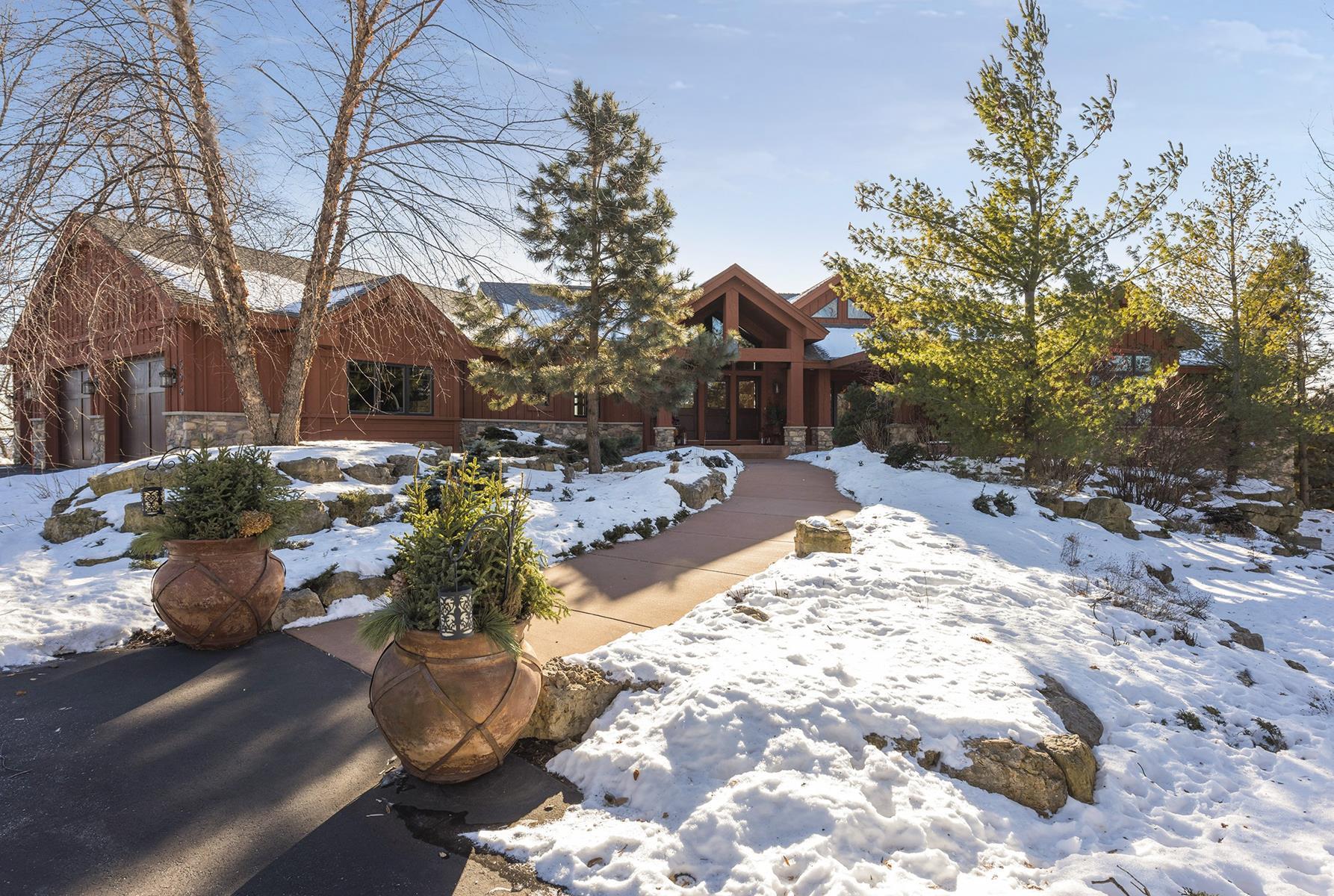 Nhà ở một gia đình vì Bán tại 595 Lakota Lane Chanhassen, Minnesota, 55318 Hoa Kỳ