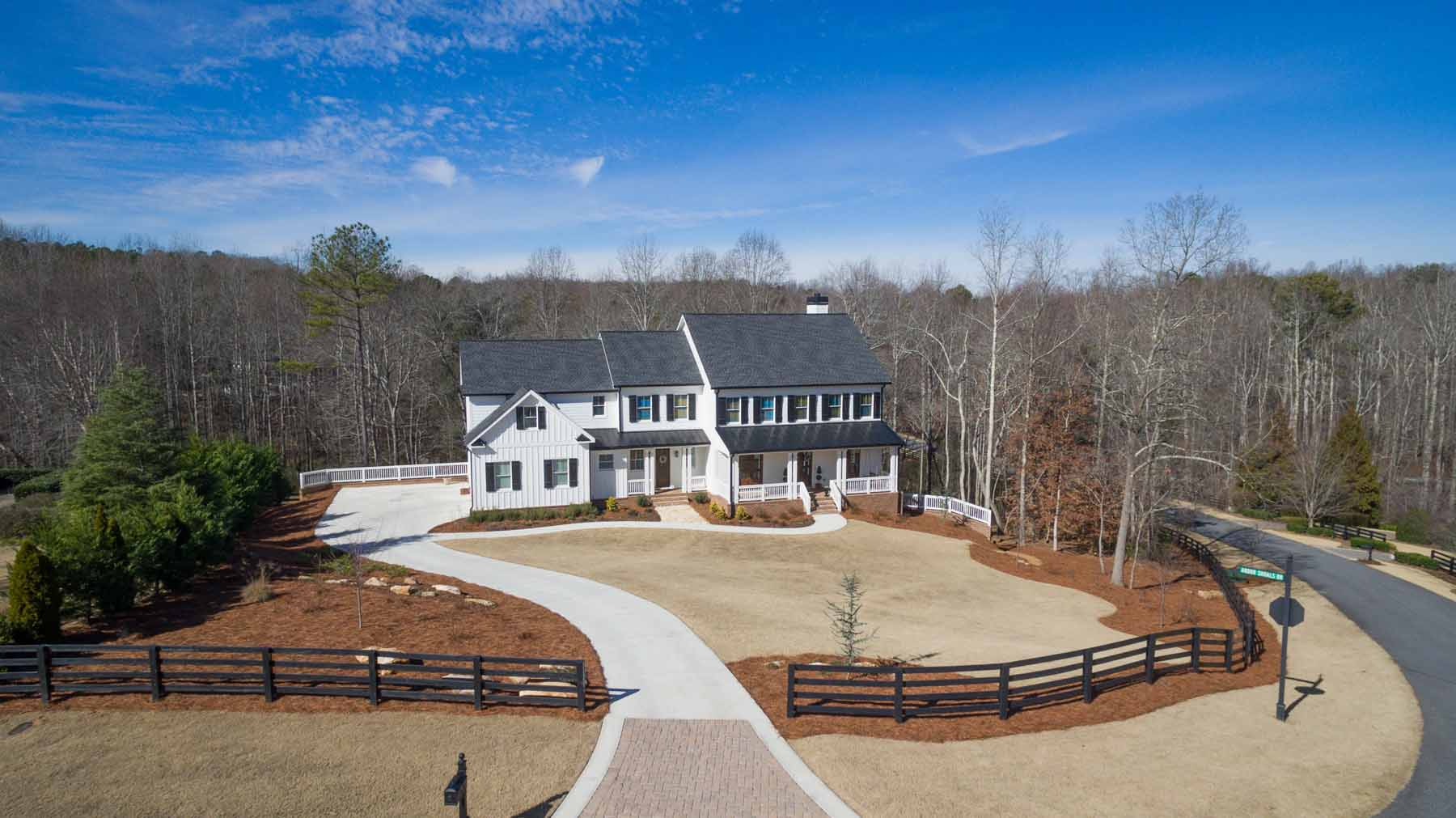 Maison unifamiliale pour l Vente à Southern Farmhouse 135 Arbor Shoals Dr Canton, Georgia, 30115 États-Unis