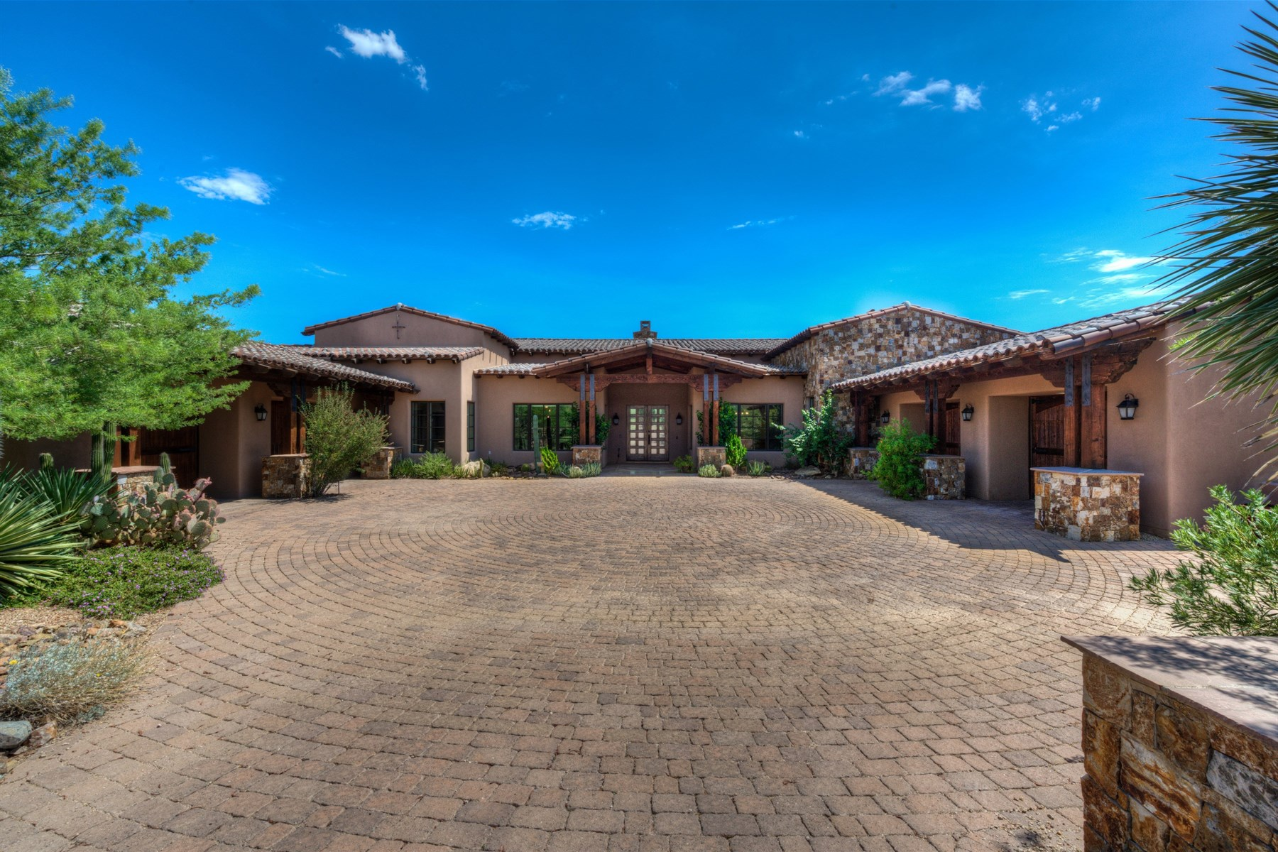 独户住宅 为 销售 在 Elegant Ranch-Inspired Home Located In Guard-Gated Whisper Rock Estates 8427 E Homestead Circle 斯科茨代尔, 亚利桑那州, 85266 美国