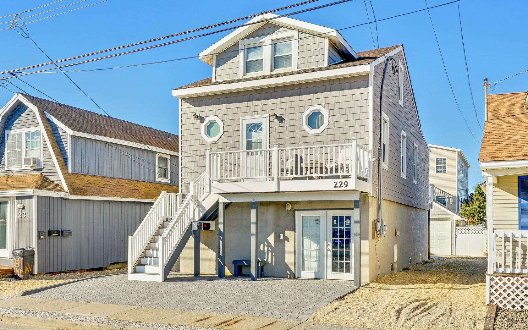 Villa per Vendita alle ore Raised Manasquan Beach House 229 2nd Ave Manasquan, New Jersey, 08736 Stati Uniti