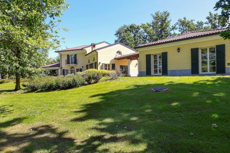 Additional photo for property listing at Incomparable villa with garden in Golf Club Via San Isidoro Bogogno, Novara 28010 Italie