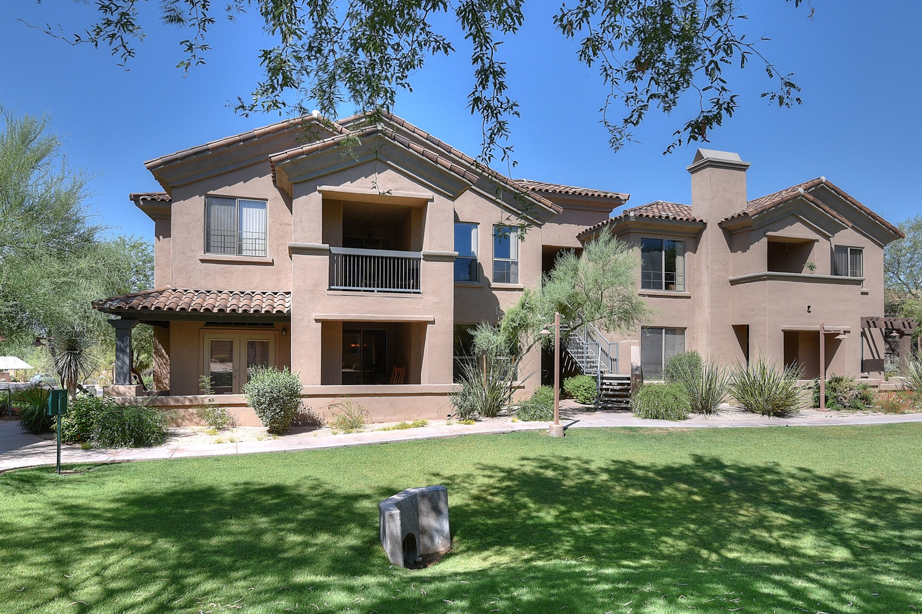 Maison unifamiliale pour l Vente à Great ground floor condo in The Villages at DC Ranch. 20801 N 90TH PL 129 Scottsdale, Arizona 85255 États-Unis