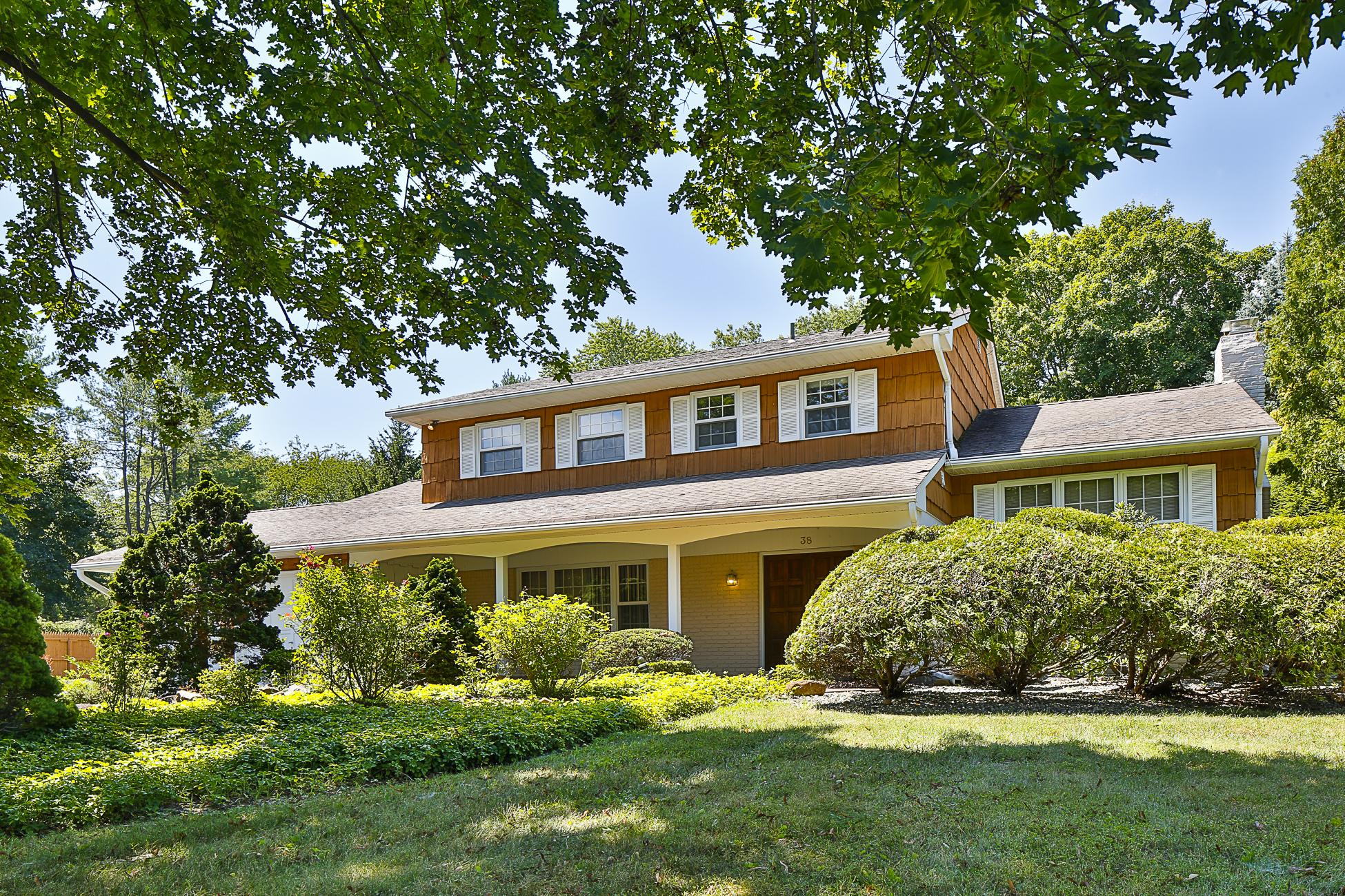 Casa Unifamiliar por un Venta en Princeton Ivy Estates Colonial - West Windsor Township 38 Windsor Drive West Windsor, Nueva Jersey 08550 Estados Unidos