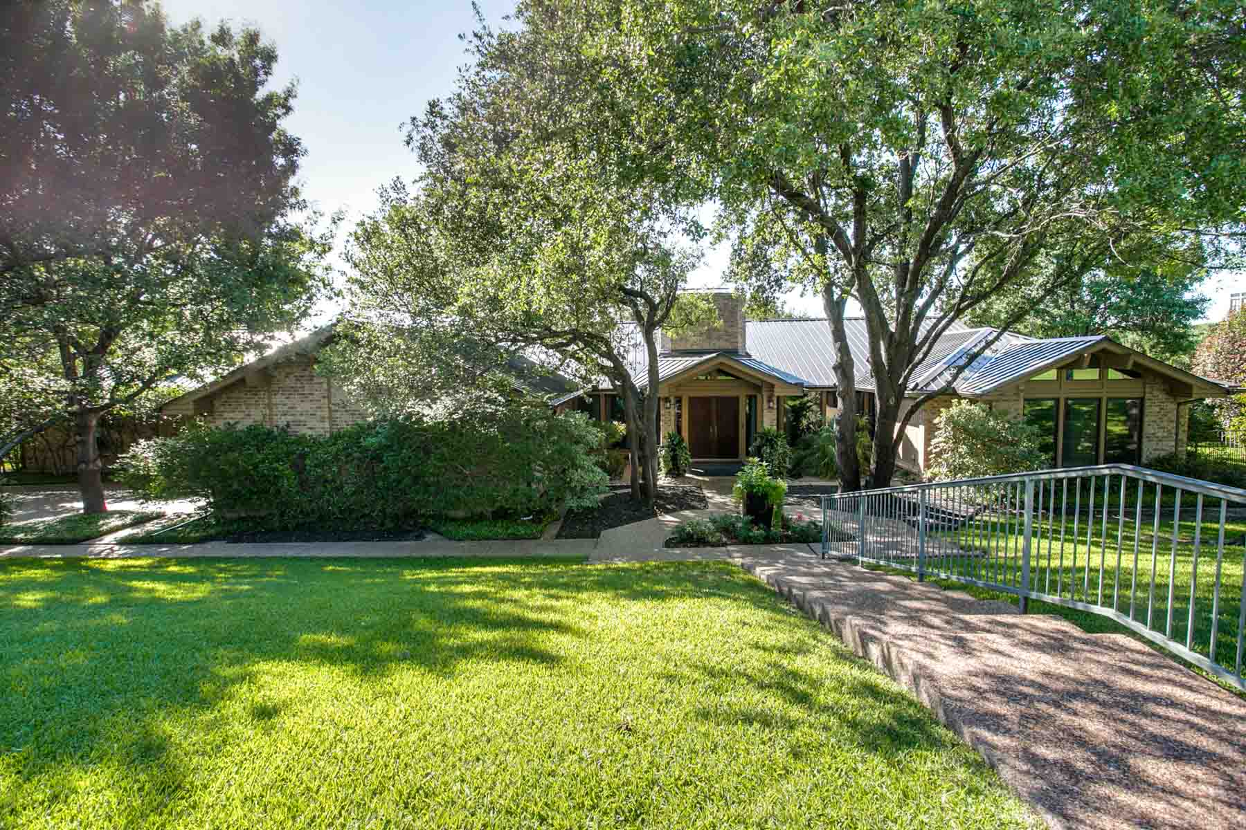 Single Family Home for Sale at Westover Hills Cul-De-Sac One-Story Gem 1513 Shady Oaks Lane Westover Hills, Texas, 76107 United States