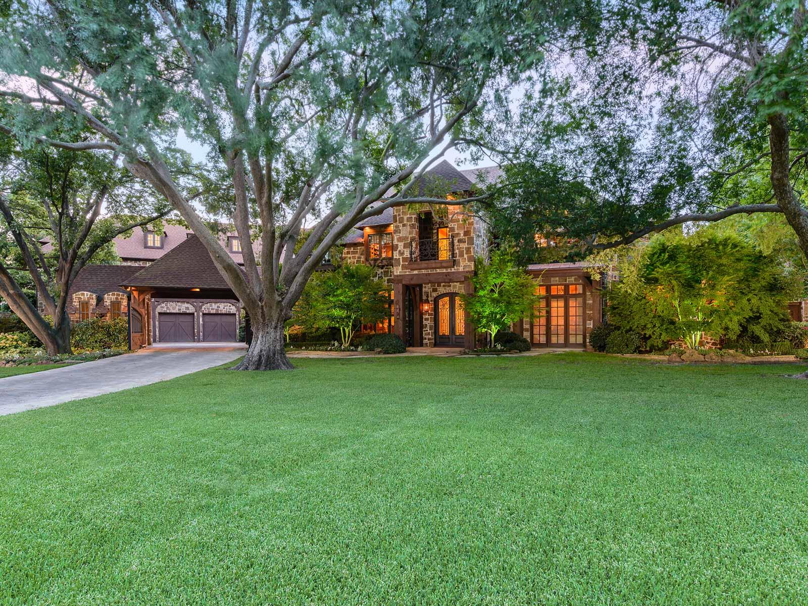 独户住宅 为 销售 在 Fabulous Preston Hollow Traditional 6311 Northport Drive Dallas, 得克萨斯州 75230 美国