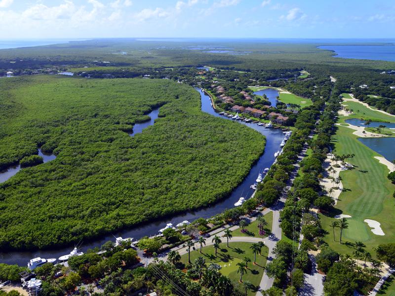 Otros residenciales por un Venta en Ocean Reef Dockage Up to 48 Ft. 17 Gatehouse Road Dock AS-17 Ocean Reef Community, Key Largo, Florida 33037 Estados Unidos