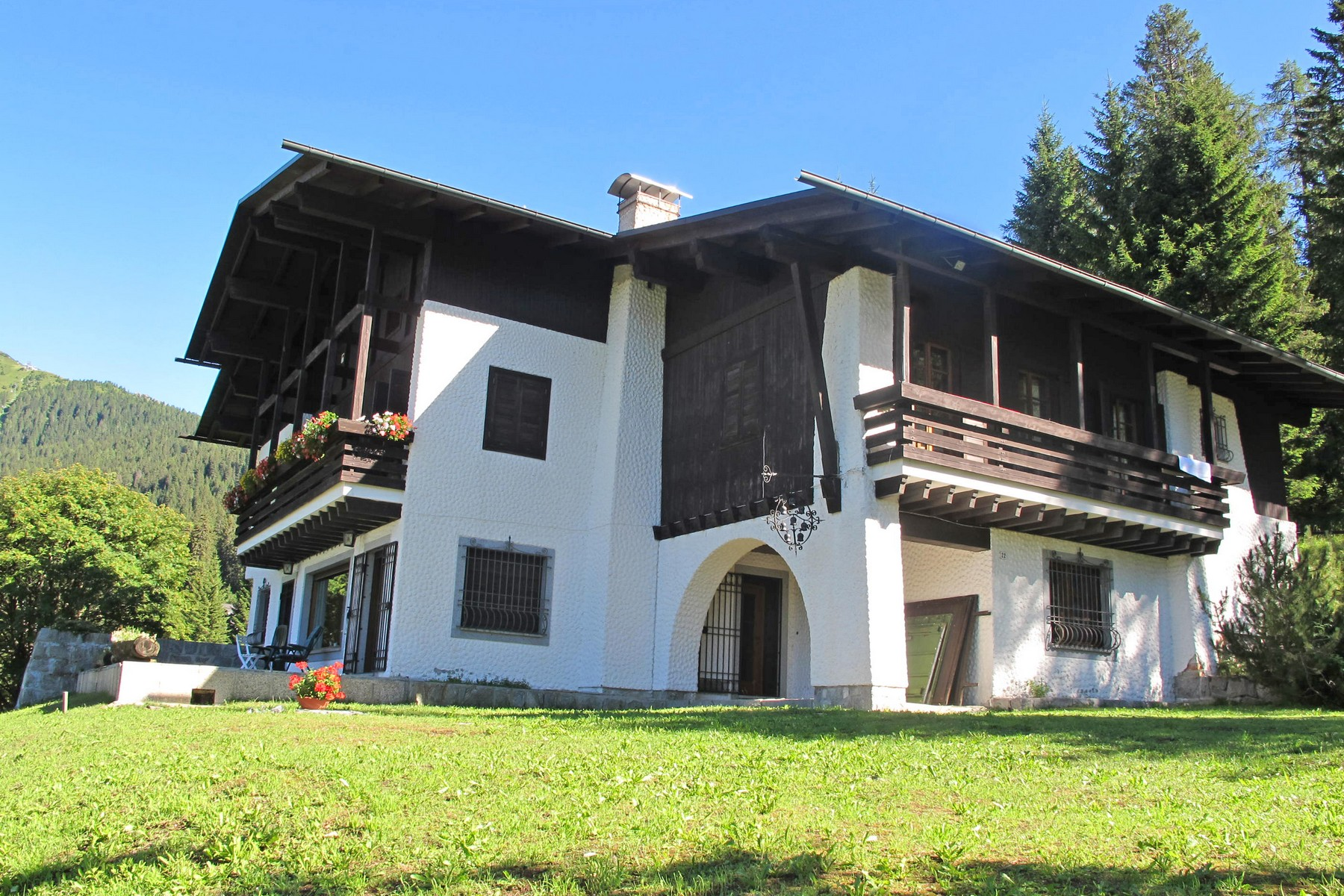 Vivienda unifamiliar por un Venta en Mountain villa with private park on the Dolomites Madonna di Campiglio Madonna Di Campiglio, Trento 38086 Italia