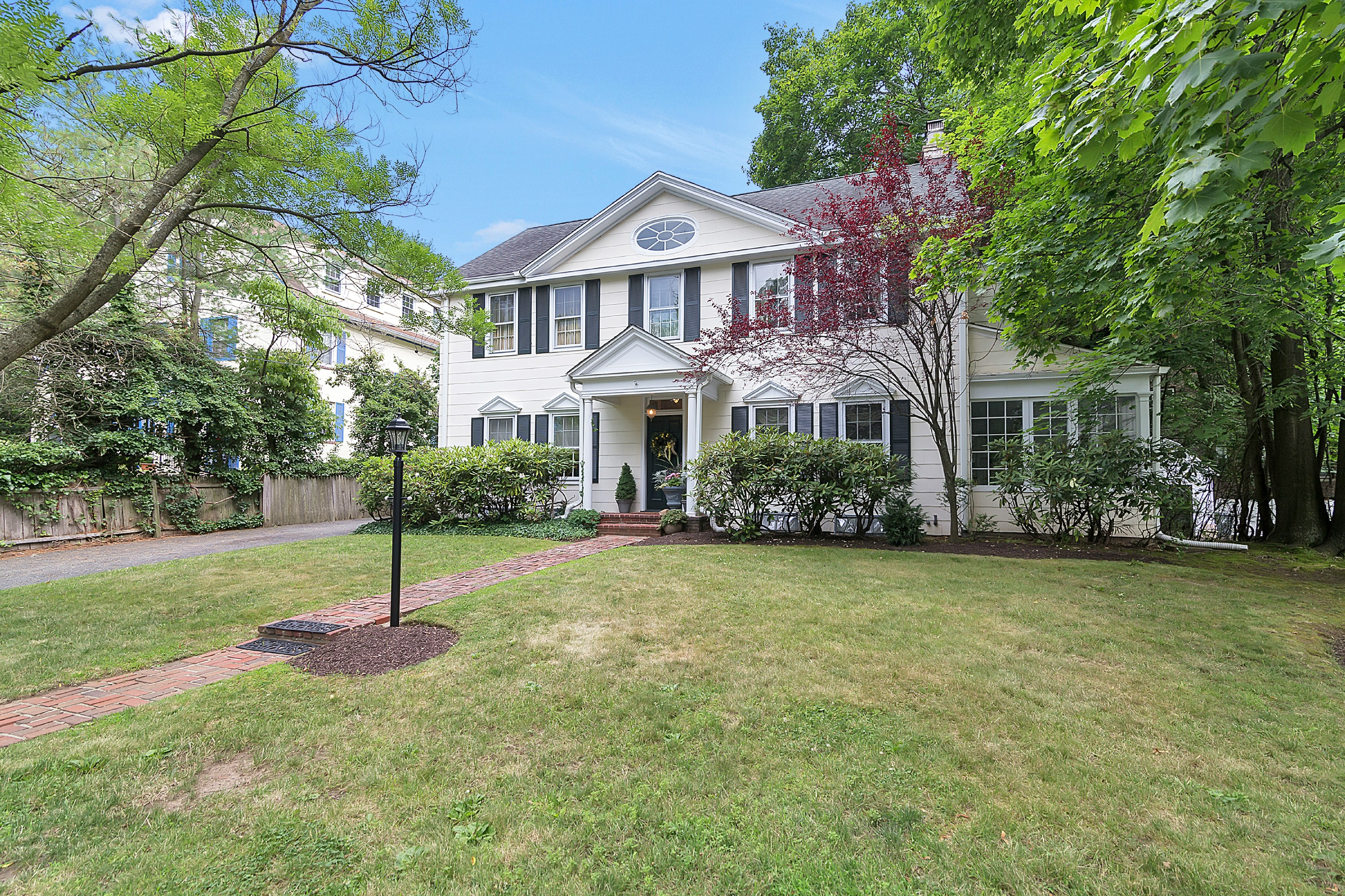 Maison unifamiliale pour l Vente à Elegant Englewood Colonial 80 Glenwood Road Englewood, New Jersey 07631 États-Unis