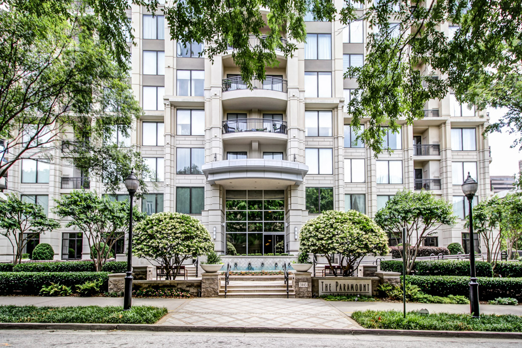 Appartement en copropriété pour l Vente à Charming Condo In The City 3445 Stratford Road NE Unit 503 Atlanta, Georgia, 30326 États-Unis