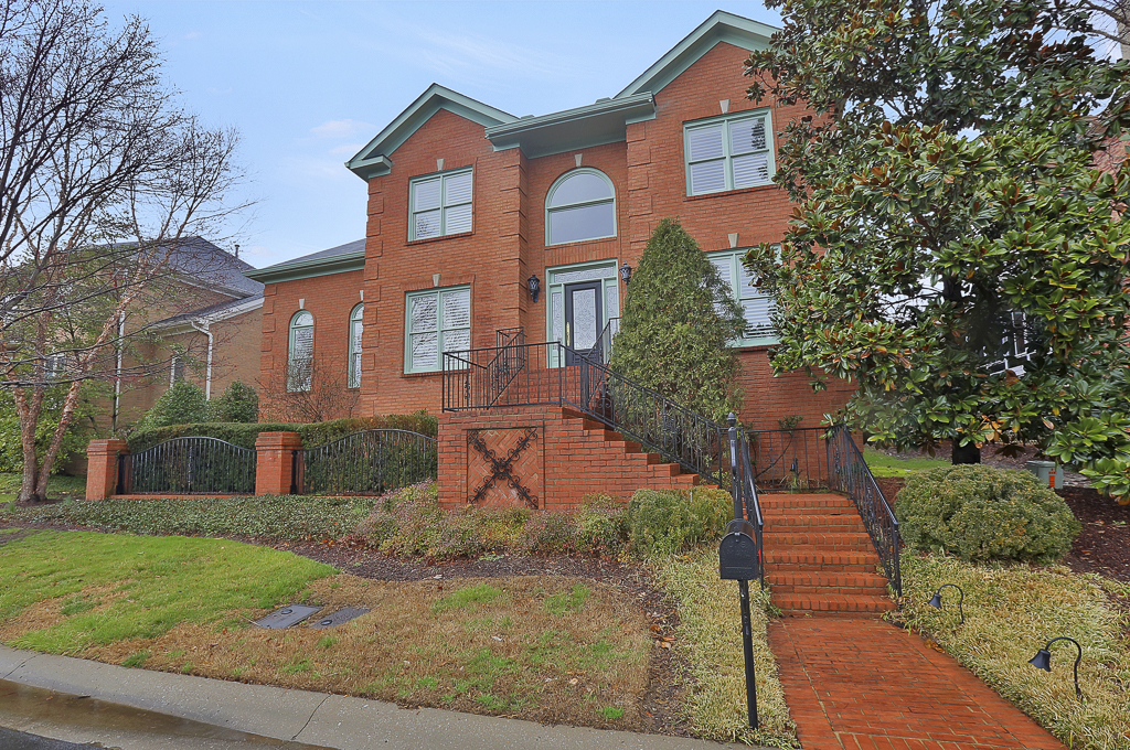 Maison unifamiliale pour l Vente à Gracious Gated Home 323 Whitworth Way Nashville, Tennessee 37215 États-Unis