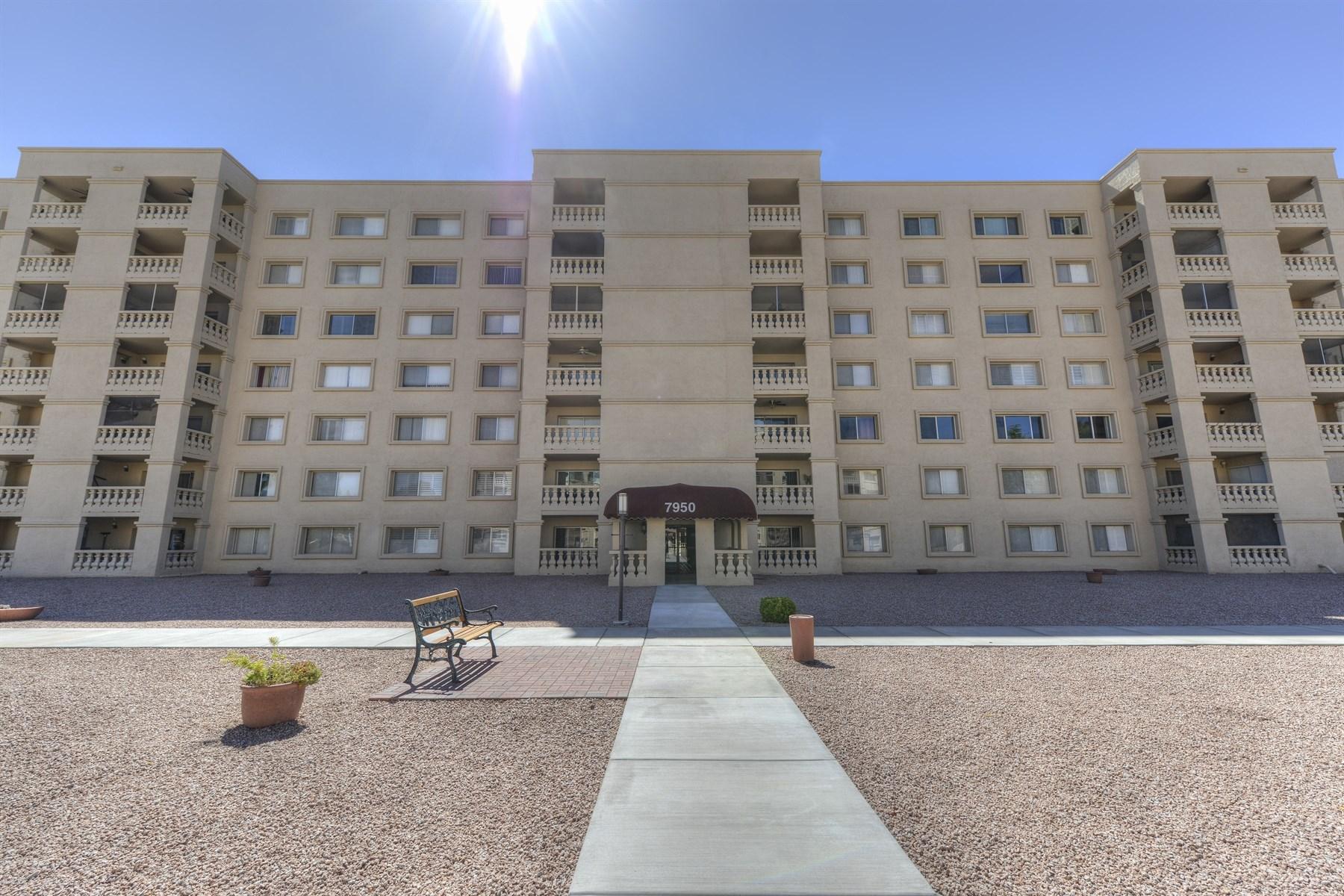 Apartamento por un Venta en Resort style living at a premium location 7950 E CAMELBACK RD #303 Scottsdale, Arizona 85251 Estados Unidos