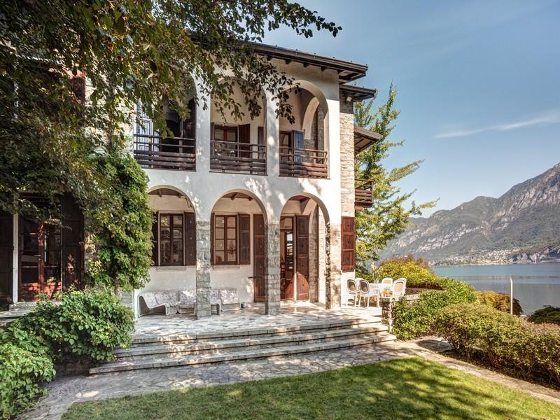 Property For Sale at Magnificent property pieds dans l'eau