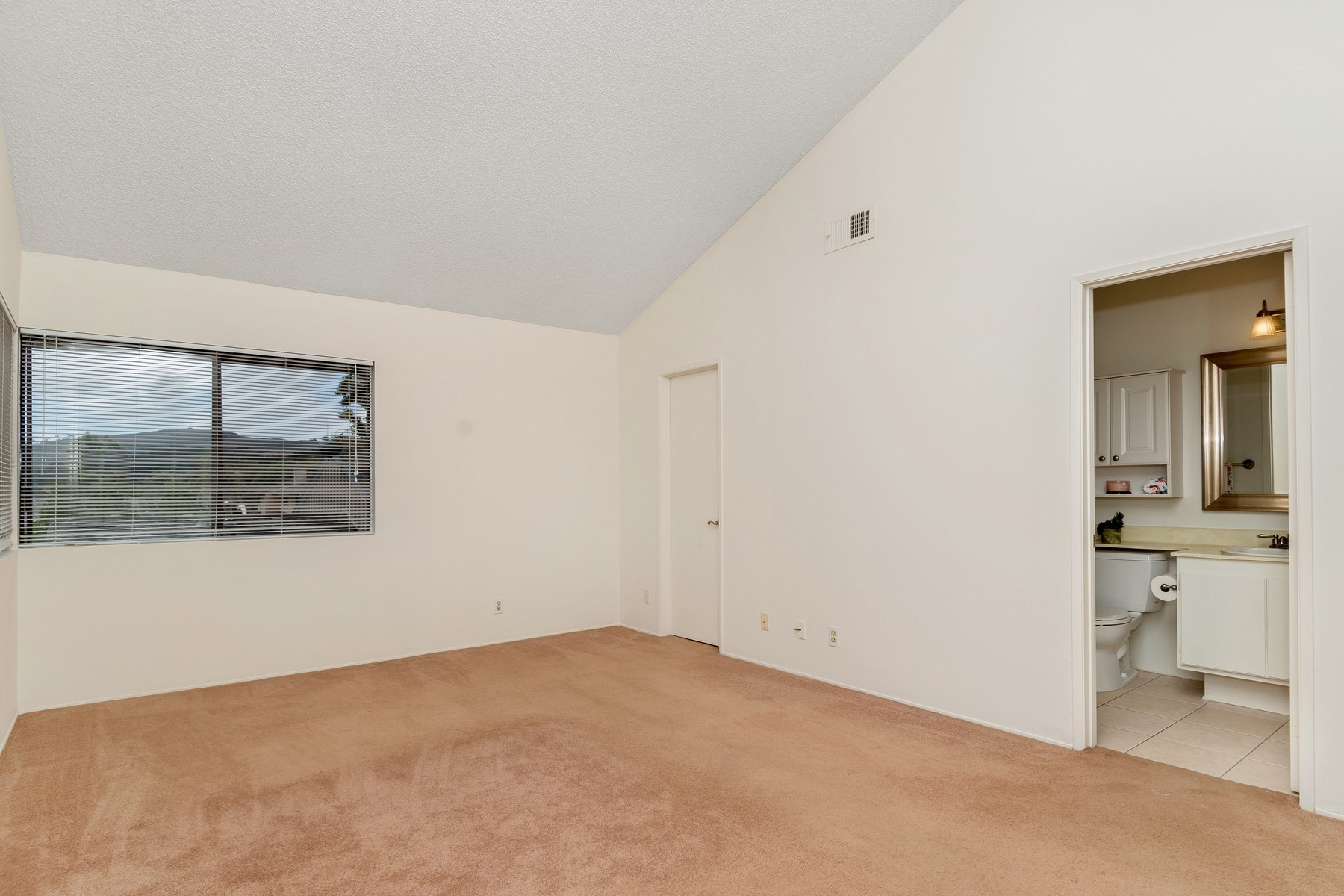 Additional photo for property listing at 8265 Via Mallorca  La Jolla, California 92037 United States