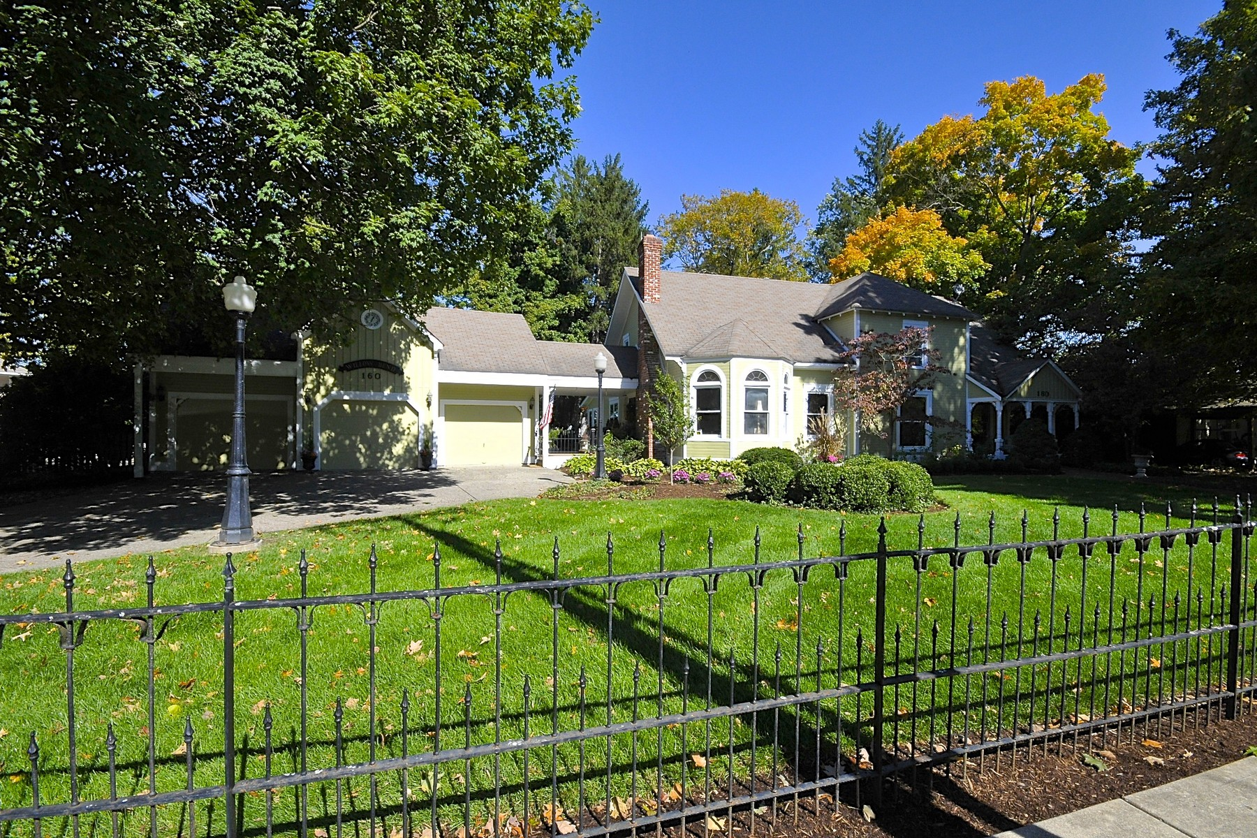 Casa Unifamiliar por un Venta en Lovely, Historic Zionsville Home 160 E Willow St Zionsville, Indiana 46077 Estados Unidos