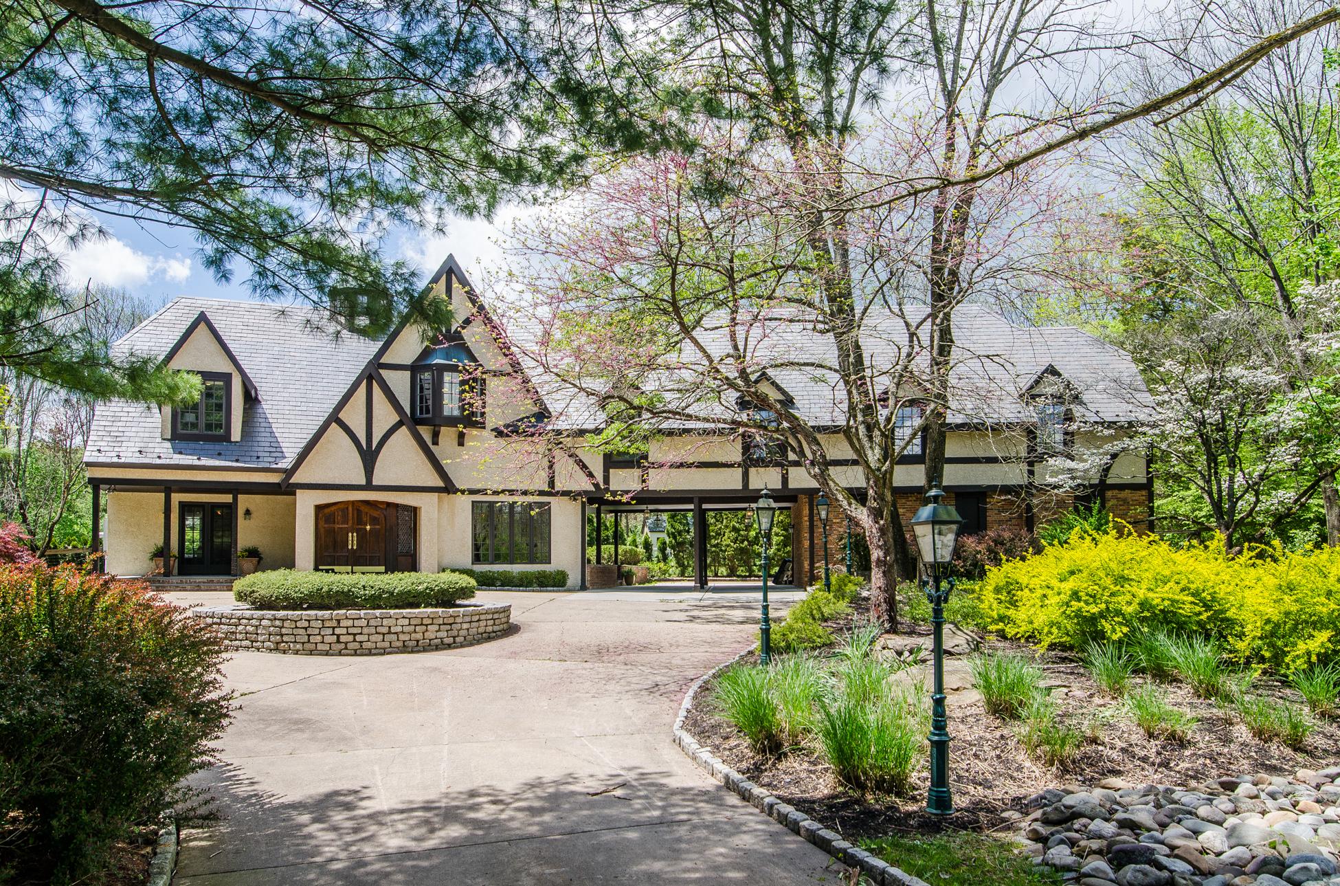 Maison unifamiliale pour l Vente à A Tudor Exterior, A Modern Interior 86 Greenway Terrace Princeton, New Jersey, 08540 États-Unis