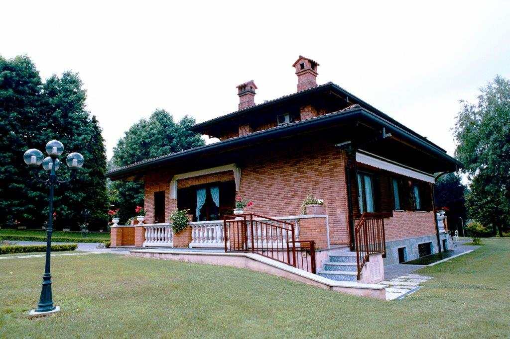 Additional photo for property listing at Beautiful villa with private park and swimming pool Castello Di Brianza, Lecco Italy