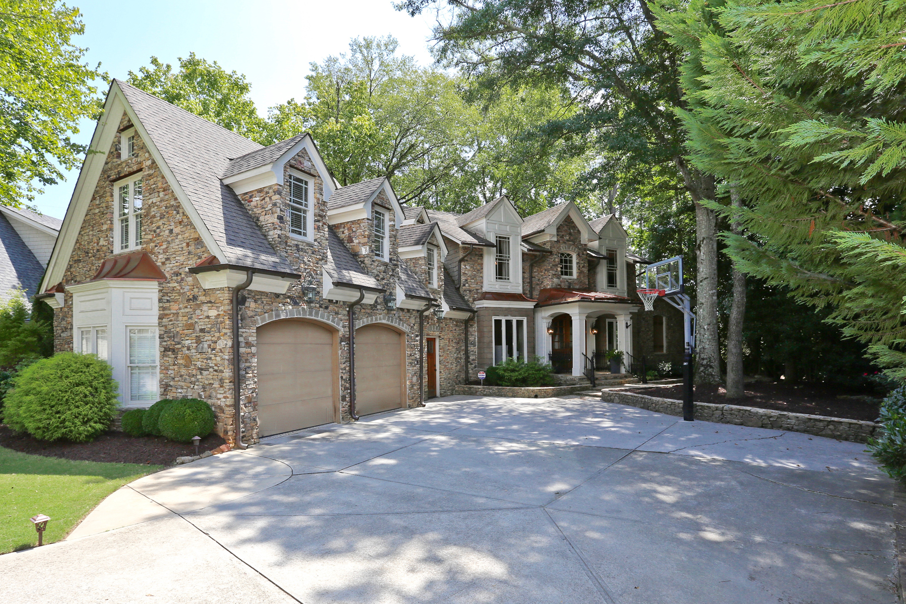 Additional photo for property listing at European Charmer in Johns Creek 135 Stone Pond Lane Alpharetta, Georgië 30022 Verenigde Staten