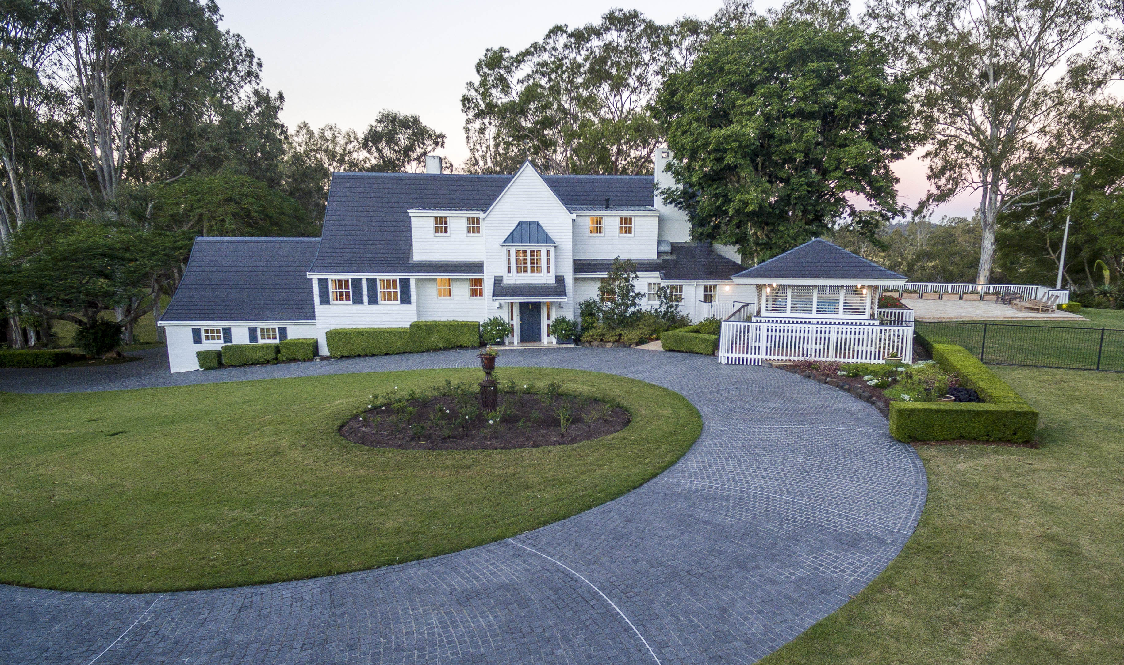 Casa para uma família para Venda às White Waltham 14 Zelita Road Brisbane, Queensland, 4070 Austrália