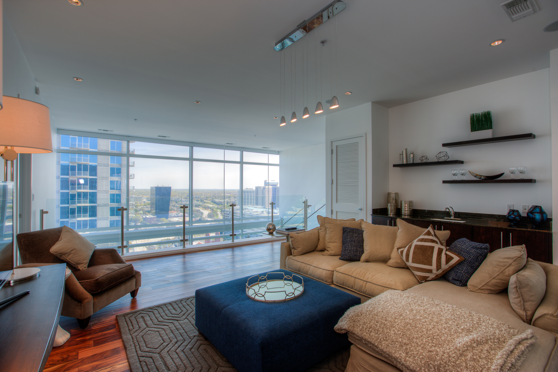 Additional photo for property listing at Sophisticated 2-Level Atlanta Penthouse with Luxury Hotel Amenities 45 Ivan Allen Jr Boulevard PH#2706 Atlanta, Джорджия 30308 Соединенные Штаты