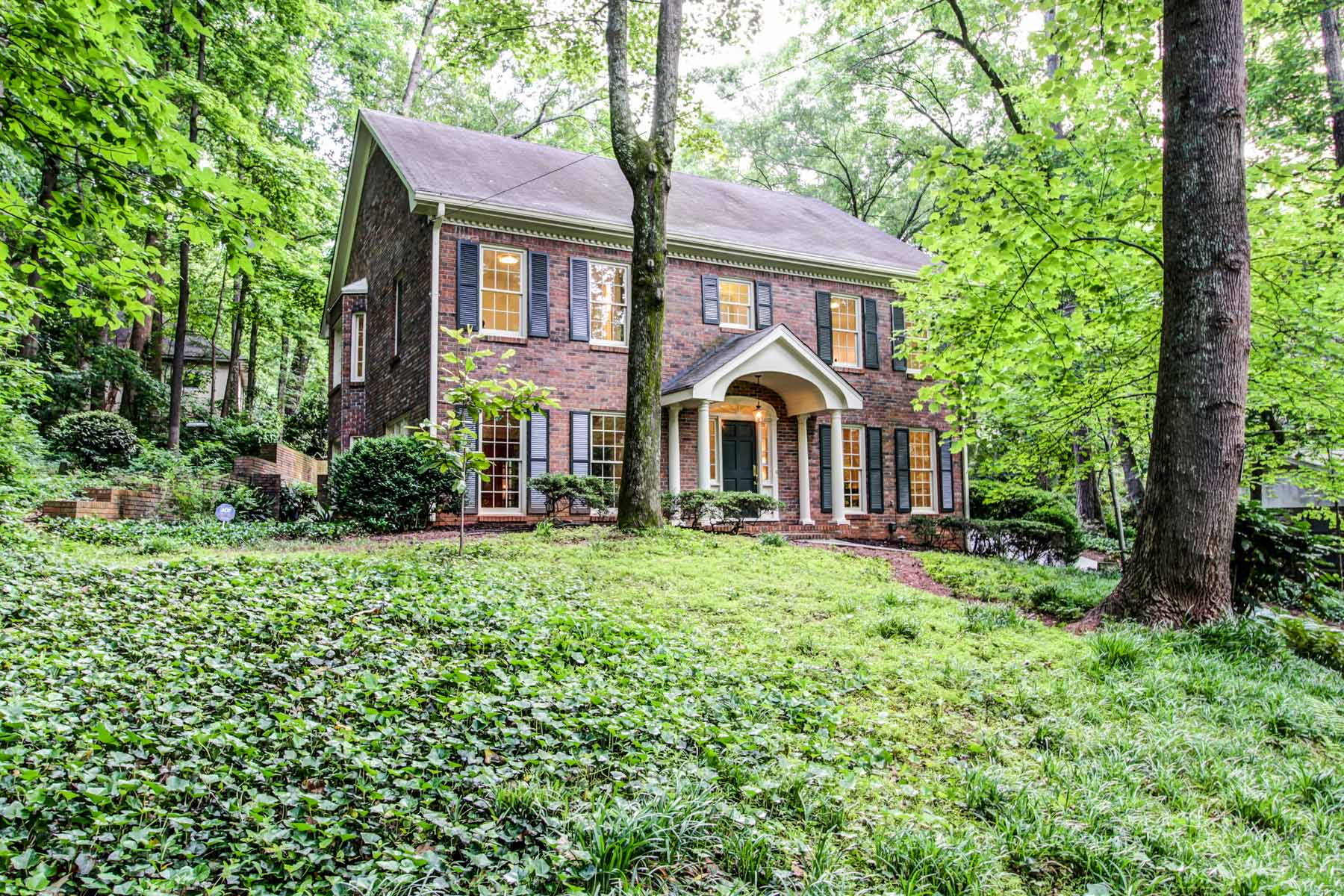 Casa para uma família para Venda às Custom built private retreat with Fernbank as your neighbor. 943 Barton Woods Road Druid Hills, Atlanta, Geórgia, 30307 Estados Unidos