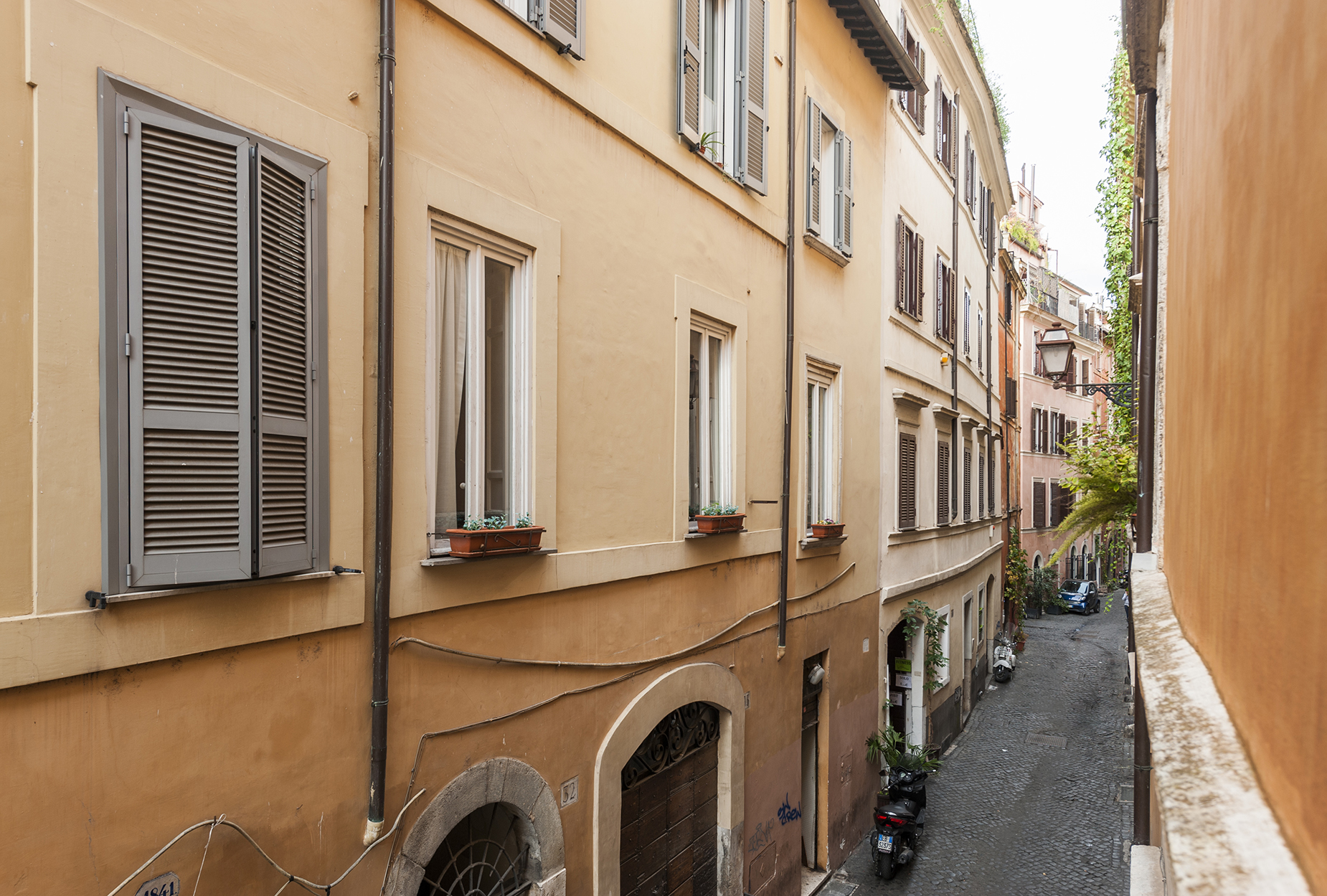 Additional photo for property listing at Charming apartment near Piazza Farnese Vicolo delle Grotte Rome, Rome 00186 Italie