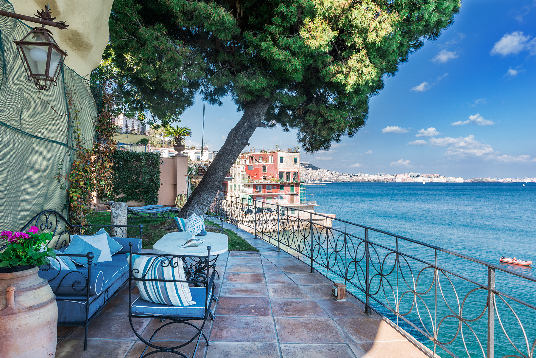 Additional photo for property listing at Historic home pied dans l'eau in Posillipo Via Posillipo Napoli, Naples 80123 Italia
