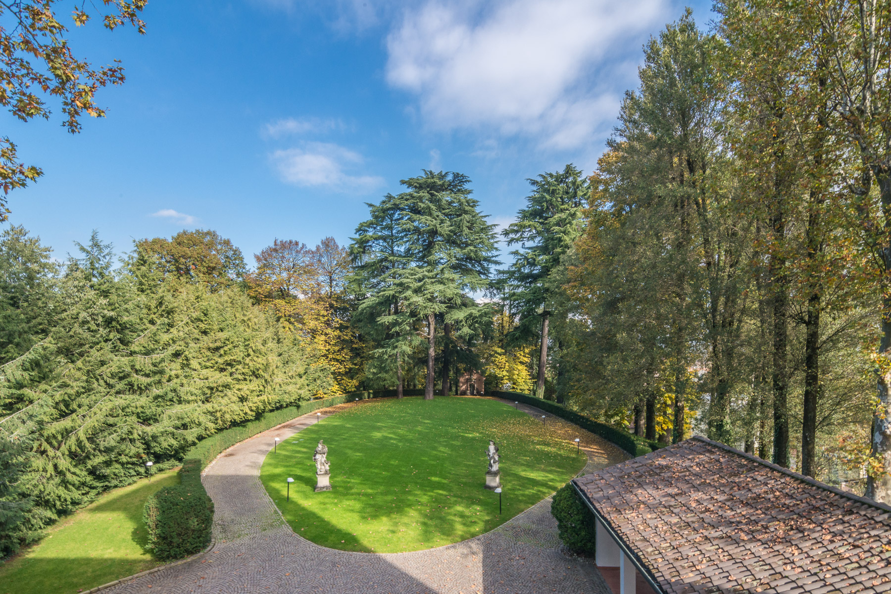 Additional photo for property listing at Prestigious historical villa close to Milan Via Friuli Cesano Maderno, Monza Brianza 20811 Italia
