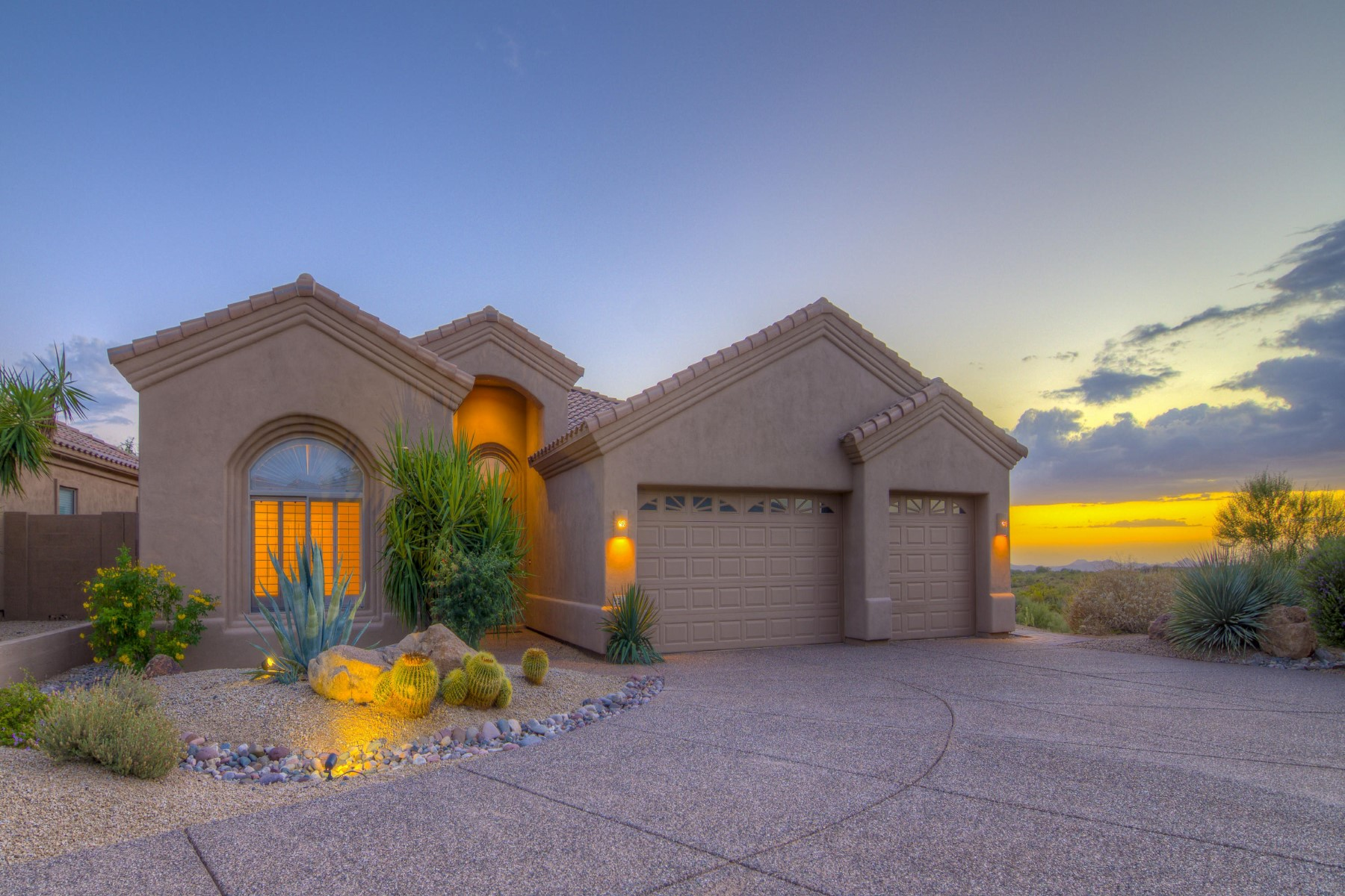 Vivienda unifamiliar por un Venta en Dramatic sunsets from this beautifully upgraded southwest facing home 9215 E Broken Arrow Dr Scottsdale, Arizona 85262 Estados Unidos
