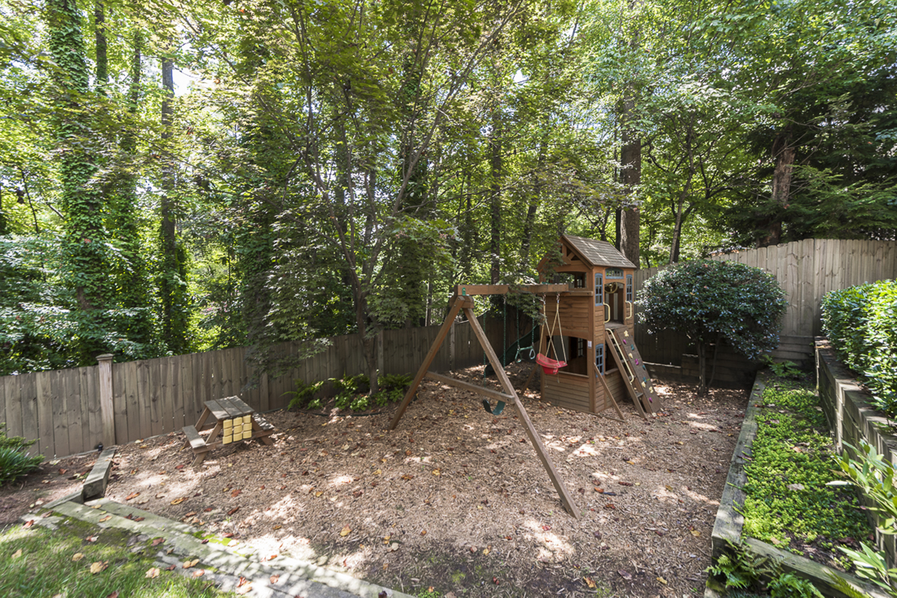 Additional photo for property listing at Beautiful Cape Cod Home In Castlewood 2783 Dover Road NW Atlanta, 조지아 30327 미국