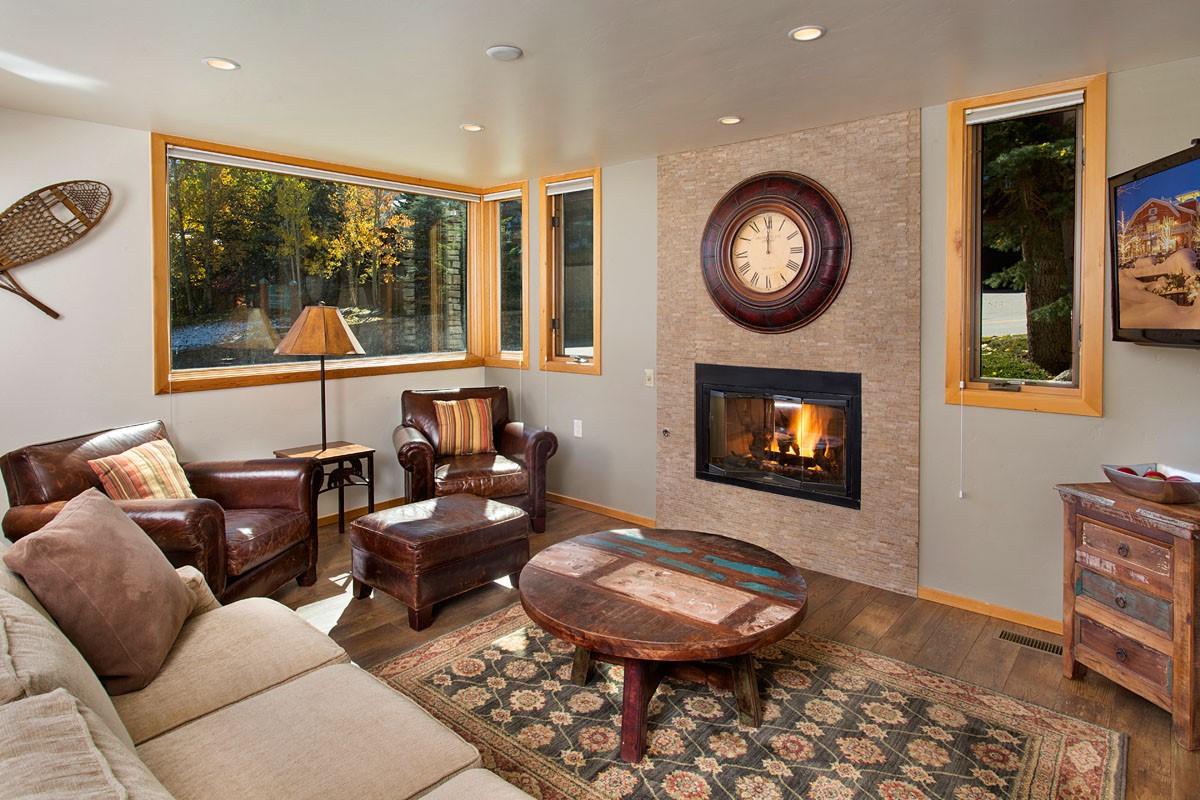 コンドミニアム のために 売買 アット Remodeled 3 Bedroom Townhome 135 Carriage Way Unit 3 Snowmass Village, コロラド, 81615 アメリカ合衆国