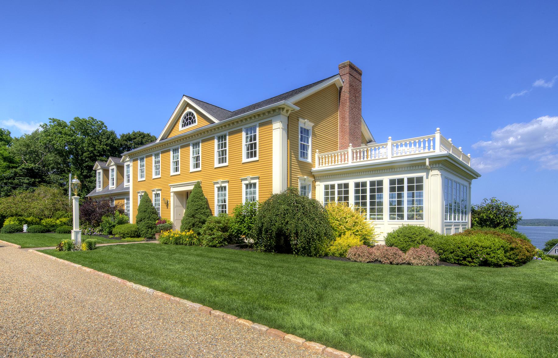 Maison unifamiliale pour l Vente à Coastal Charm 145 Prospect Farm Road Portsmouth, Rhode Island 02871 États-Unis