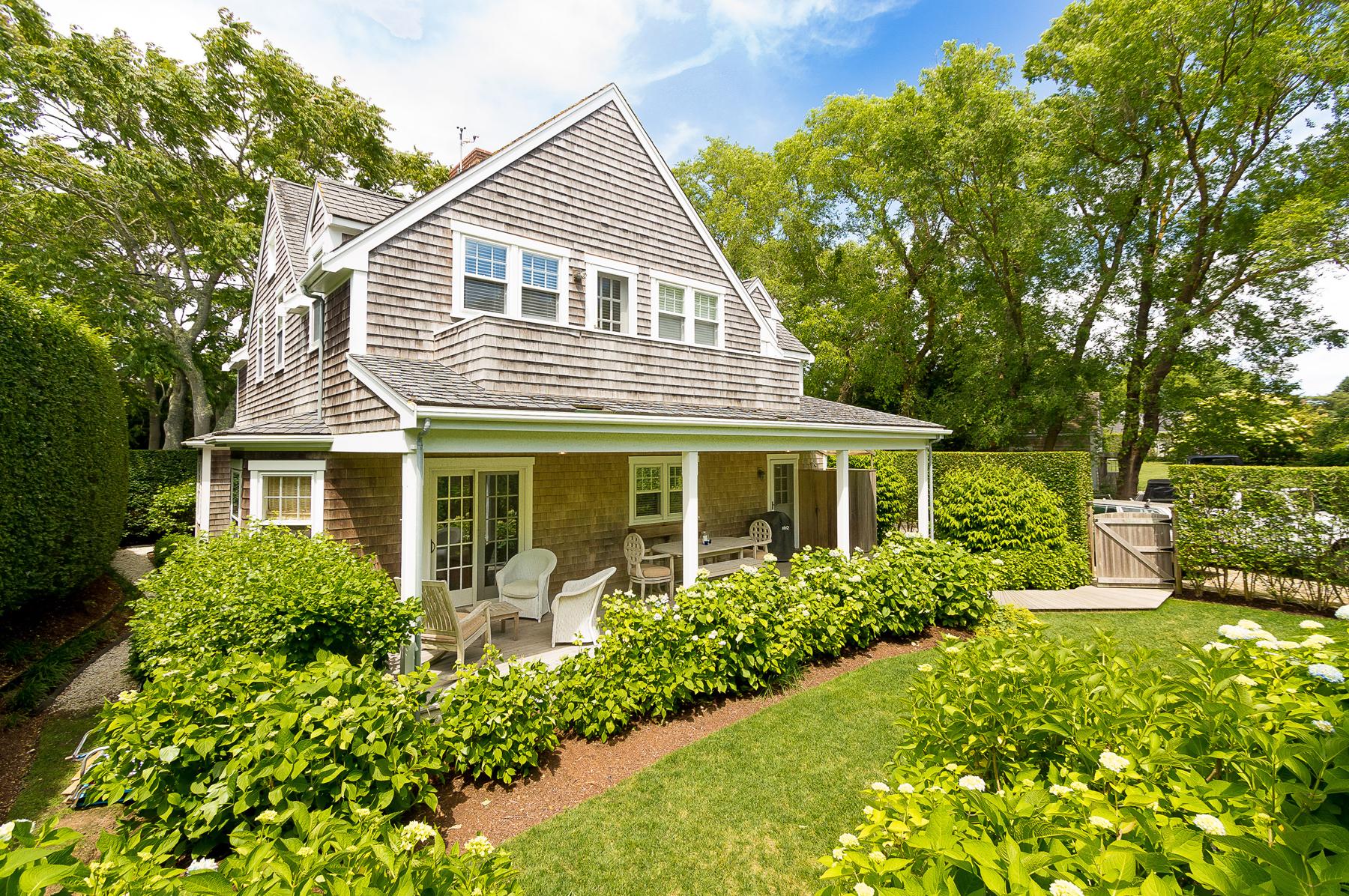 Maison unifamiliale pour l Vente à In the Heart of Sconset Village 20 Coffin Street Siasconset, Massachusetts, 02564 États-Unis