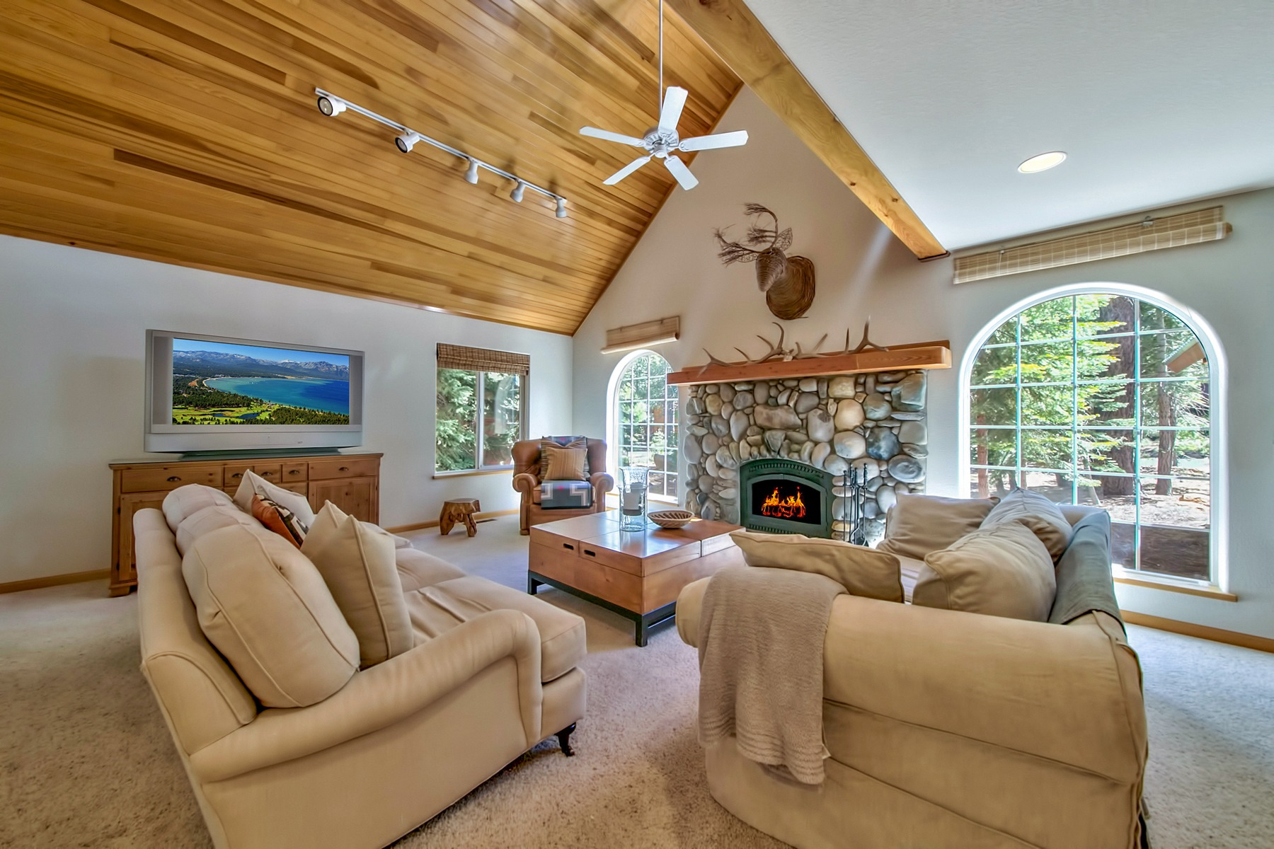 独户住宅 为 销售 在 14276 Tyrol Road 特拉基, 加利福尼亚州 96161 美国