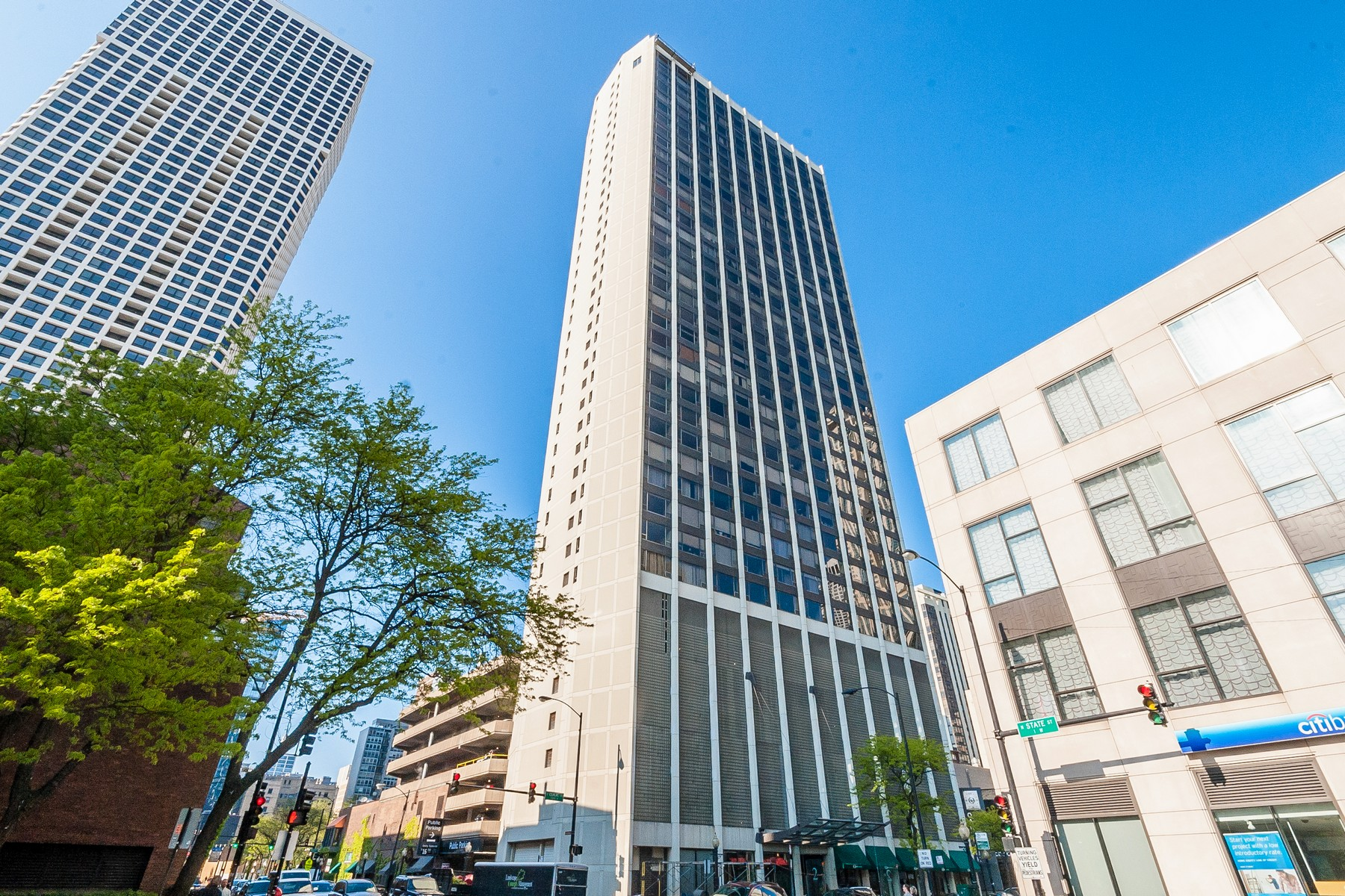 Condominium for Sale at Gorgeous Condo With Great And Open Floorplan 2 E Oak Street Unit 1810 Chicago, Illinois, 60611 United States