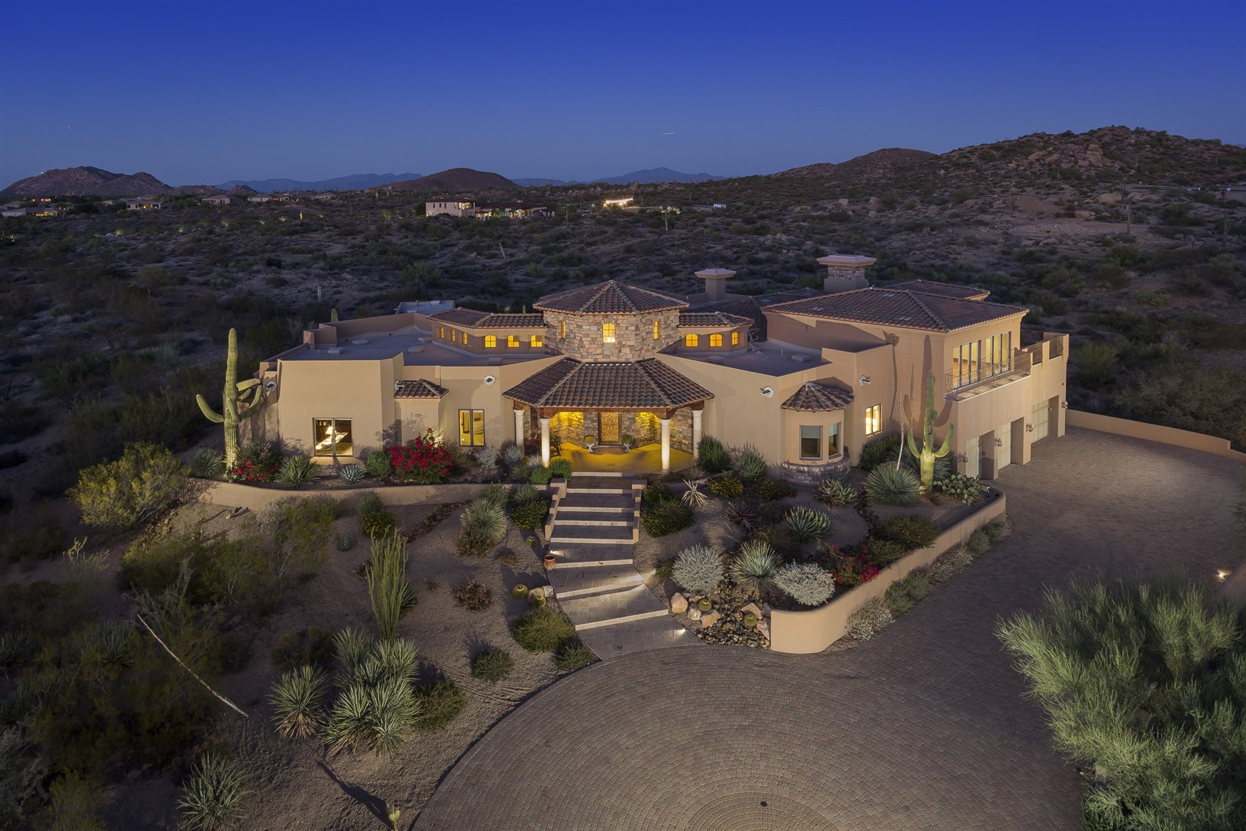 Maison unifamiliale pour l Vente à Gorgeous custom estate on 2+ acres with privacy and views 27345 N 112th PL Scottsdale, Arizona, 85262 États-Unis