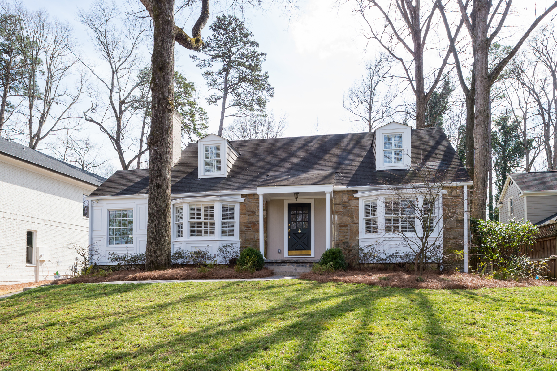 Vivienda unifamiliar por un Venta en Excellent Home In Buckhead With Three Car Garage 281 Alberta Drive Buckhead Forest, Atlanta, Georgia, 30305 Estados Unidos