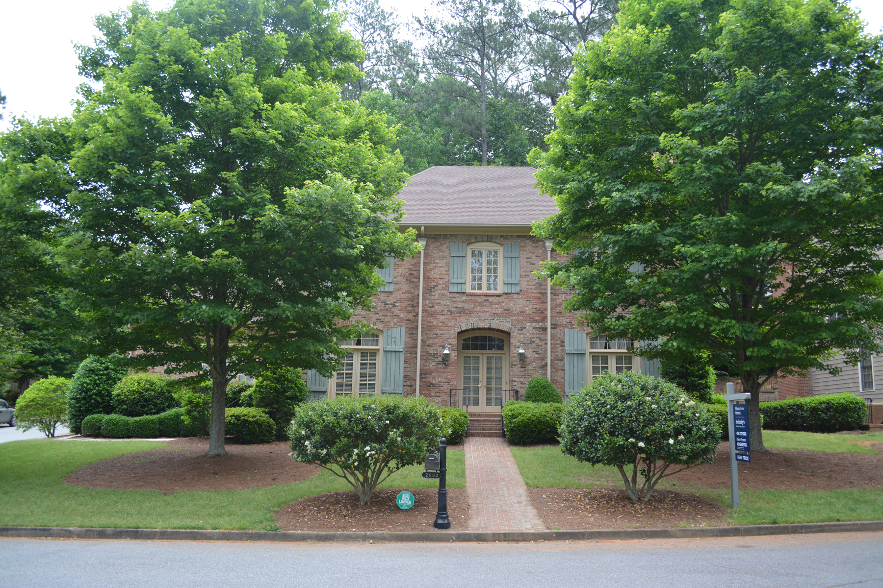Casa Unifamiliar por un Venta en Three Levels Of Living And Great Schools 2892 Payton Oaks Drive Atlanta, Georgia 30345 Estados Unidos