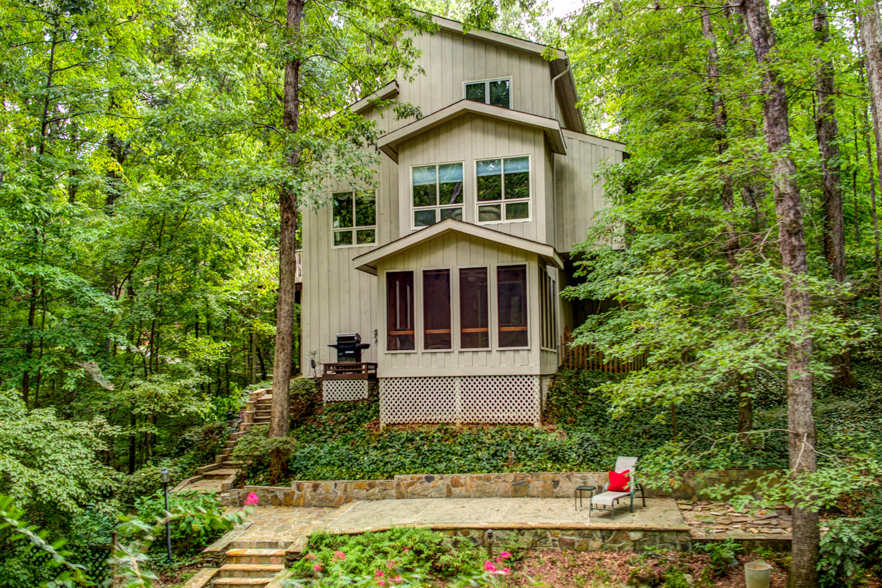 Additional photo for property listing at A Chalet In Sandy Springs 220 Cameron Glen Court Sandy Springs, Geórgia 30328 Estados Unidos