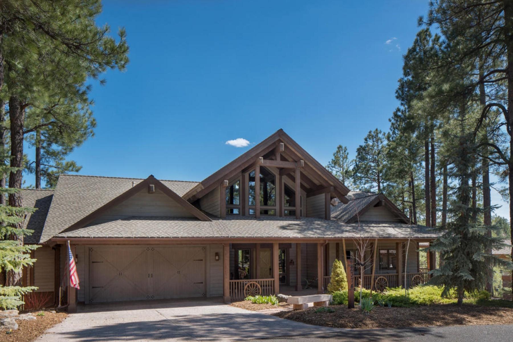 Maison unifamiliale pour l Vente à Beautiful rustic retreat sits high above the 18th fairway on a canyon rim 640-2374 Link Smith Flagstaff, Arizona, 86005 États-Unis