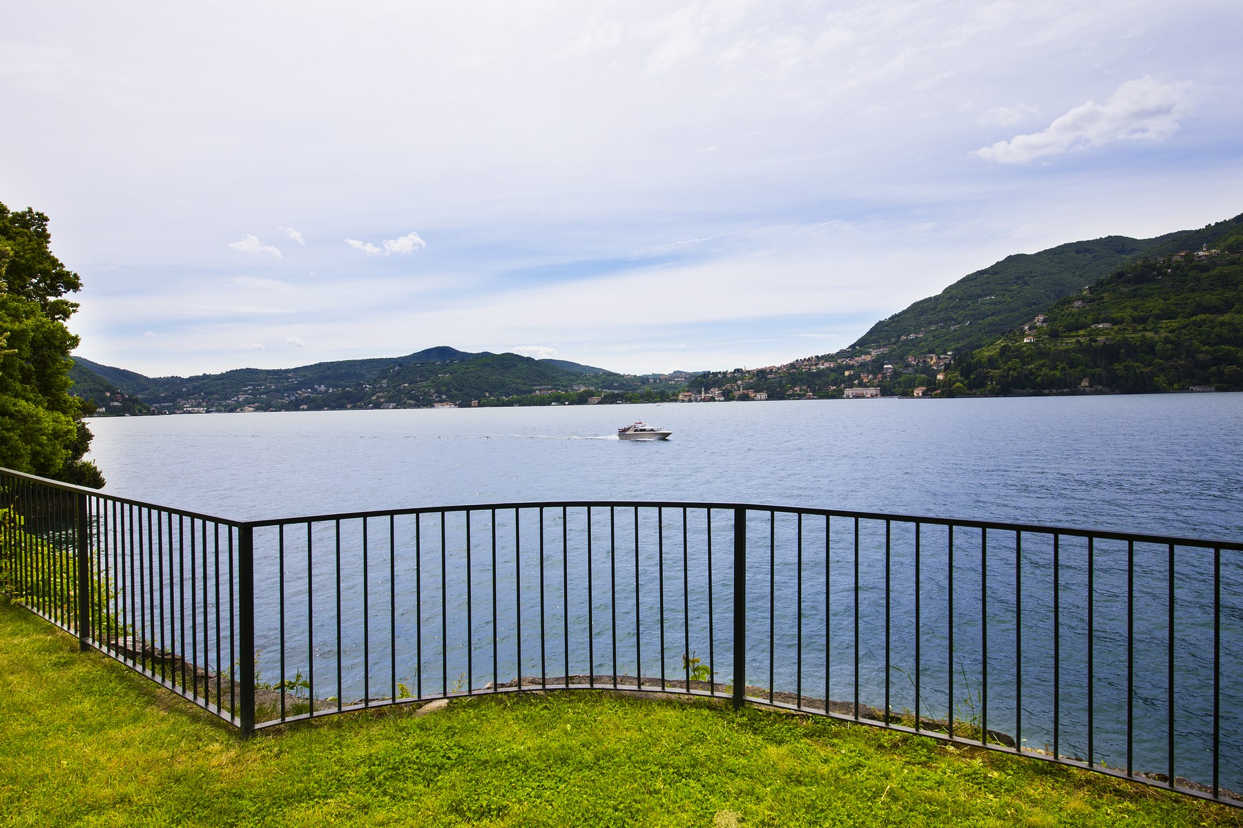 Additional photo for property listing at Exclusive apartment in historic villa pieds dans l'eau Via Enrico Caronti Blevio, Como 22020 Italie