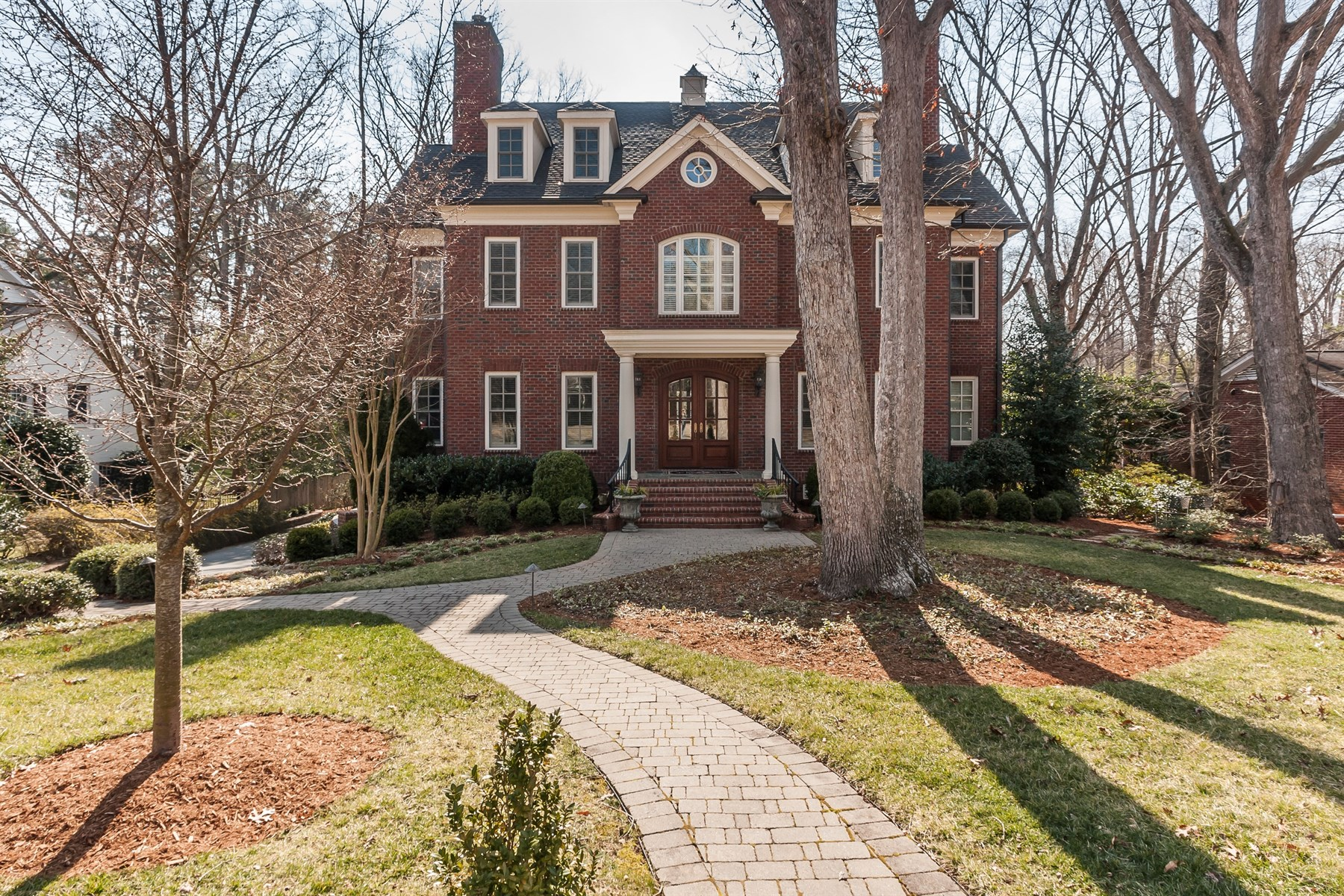 Casa Unifamiliar por un Venta en Exquisite Two Story Brick Traditional 713 Yarmouth Road Raleigh, Carolina Del Norte 27607 Estados Unidos